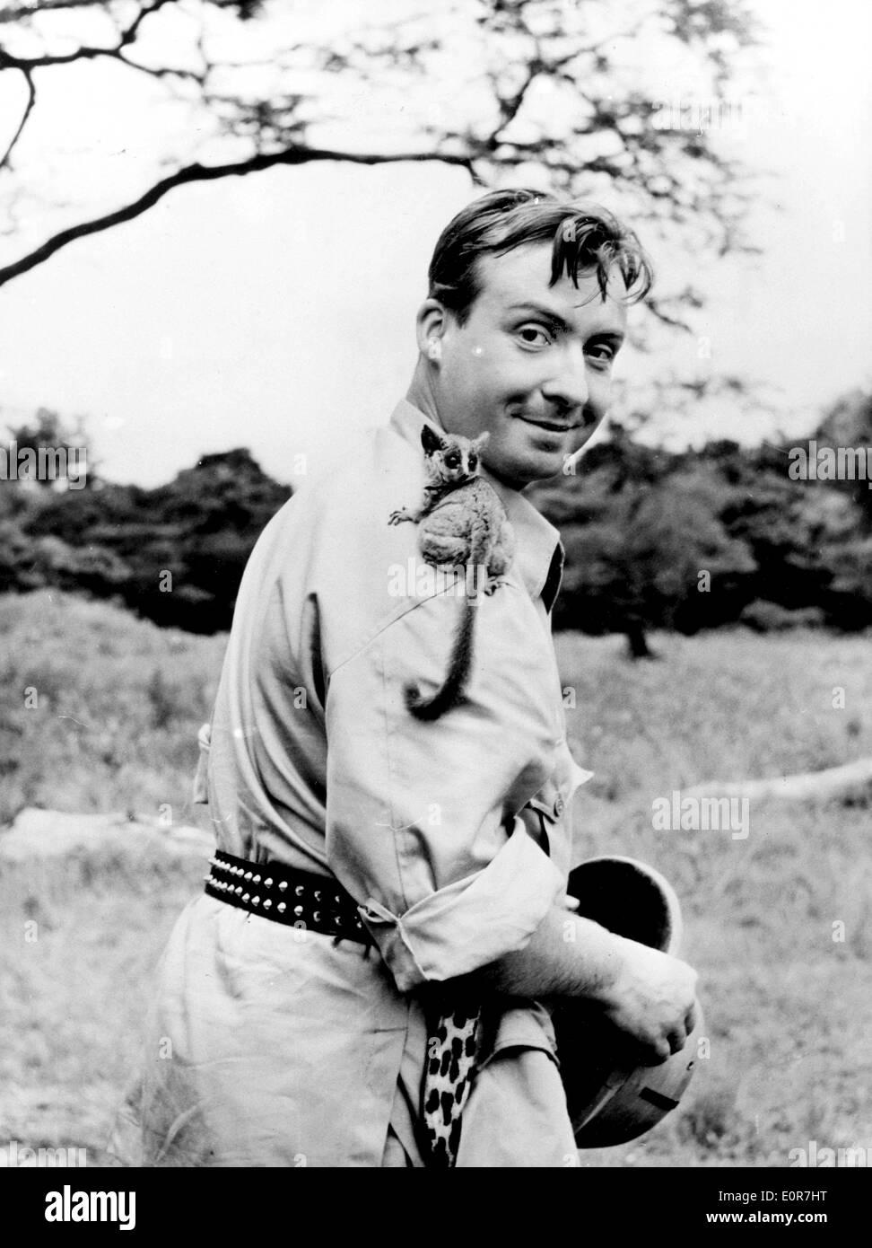 Peter Alexander con un bebé del casquillo en ubicación en África Foto de stock