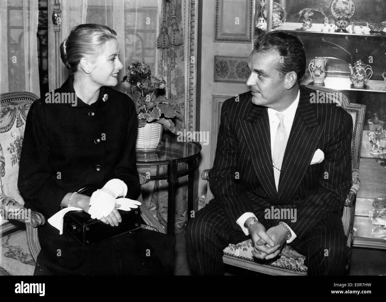 El príncipe Rainiero hablando con su esposa Grace Kelly Foto de stock