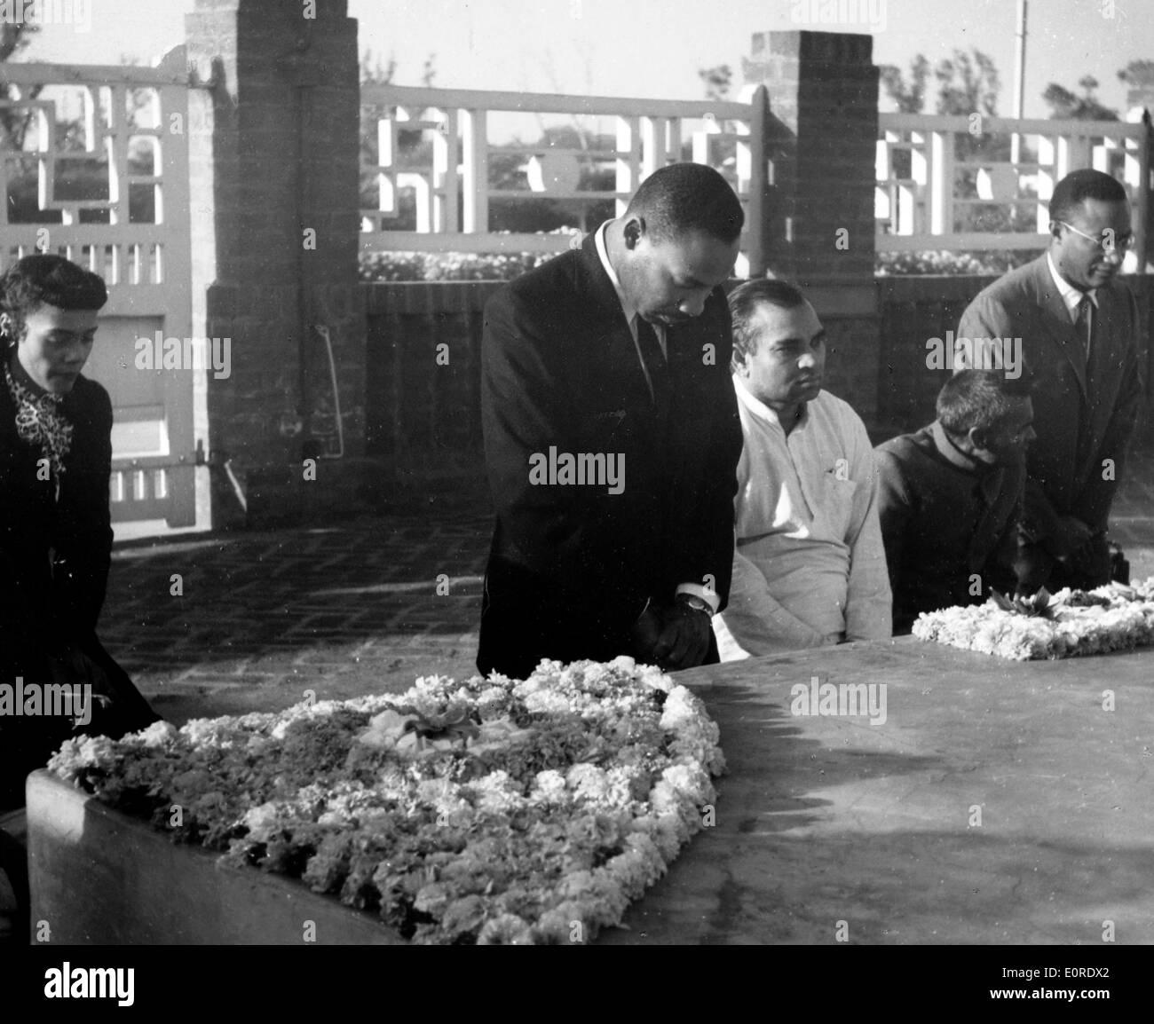 Martin Luther King, Jr. en el monumento de Gandhi Foto de stock