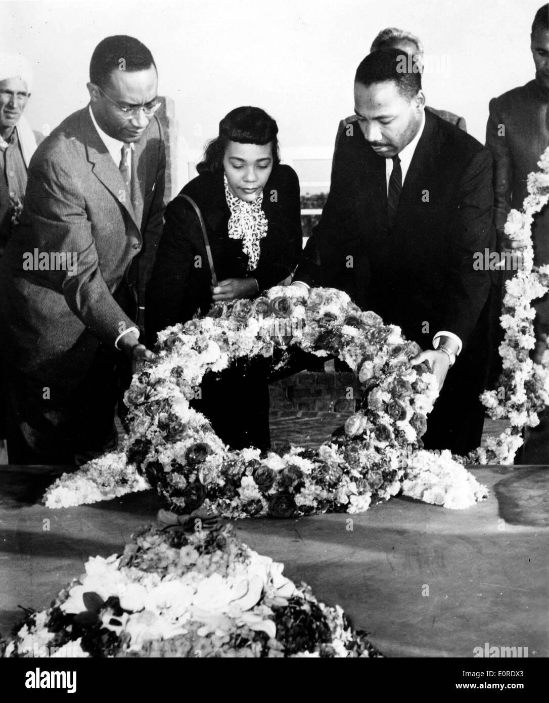 Martin Luther King, Jr. en el monumento de Gandhi con su esposa Foto de stock