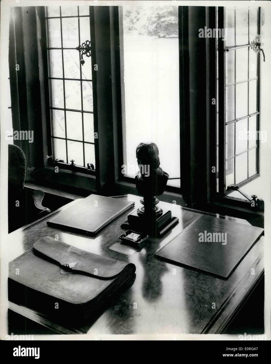 Agosto 08, 1959 - foto oficial de la corona británica - RESERVADOS TODOS LOS DERECHOS. La larga galería en Chequers donde el presidente Eisenhower y el Sr. MACMILLAN SE CONFERR. Cuando el Presidente Eisenhower va a Chequers para sus conversaciones con el Primer Ministro que se confieren en la famosa Galería larga. Esta es una de las primeras habitaciones de la casa. En las paredes se encuentran los retratos de los antiguos propietarios de las damas y también hay muchas reliquias de Oliver Cromwell en la habitación Foto de stock