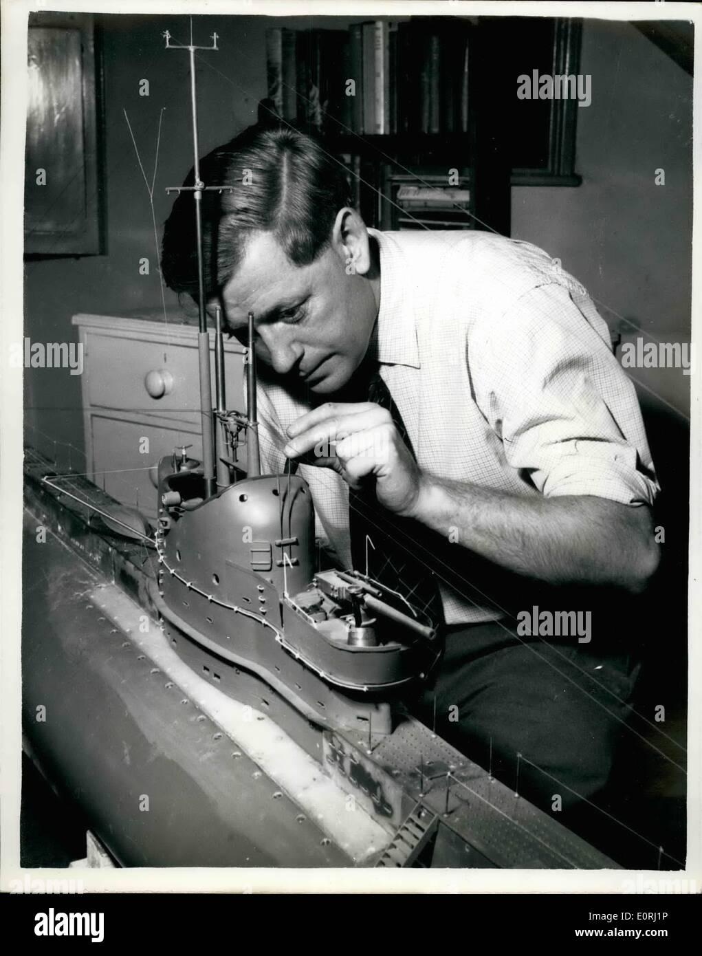 11 Nov, 1959 - 10 PIES MODELO TRABAJO OP un submarino construido5 NOV 1959 EN UN DORMITORIO, .realmente fuego de misiles reales a diez pies de largo de un modelo apbmsrine ha sido construido en el ático de un dormitorio de 38 años trabajador Ministerio de Suministro de Sewenosks Sr. David Ashton, !ciento et un costo de £1000., llamado''''Olimpo será capaz de encajar los misiles y torpedos mientras está sumergido a ser operado por control remoto. El modelo fue iniciado hace tres años. pesa 200 libras y es capaz de bucear a 15 pies. Imagen De Stock