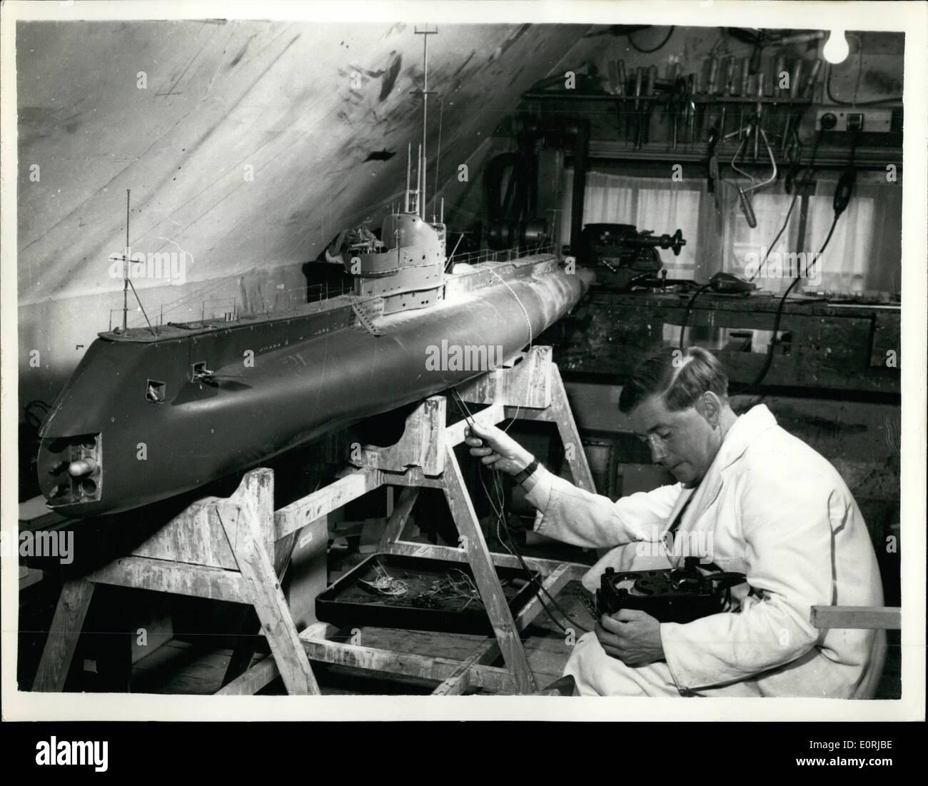 Nov 11, 1959 - Diez pies de modelo de trabajo de un submarino construido en un dormitorio... En realidad, va a fuego de misiles reales. Un modelo largo de diez pies de un submarino ha sido construido en el ático de un dormitorio de 38 años trabajador Ministerio de suministro - El Sr. David Ashton en Sevenoaks, Kent, a un costo de ,000... Llamado ''Olimpo'' será capaz de disparar misiles y torpedos mientras está sumergido, siendo operada por control remoto. El modelo fue iniciado hace tres años - pesa 200 libras y es capaz de bucear a 15 pies. Imagen De Stock