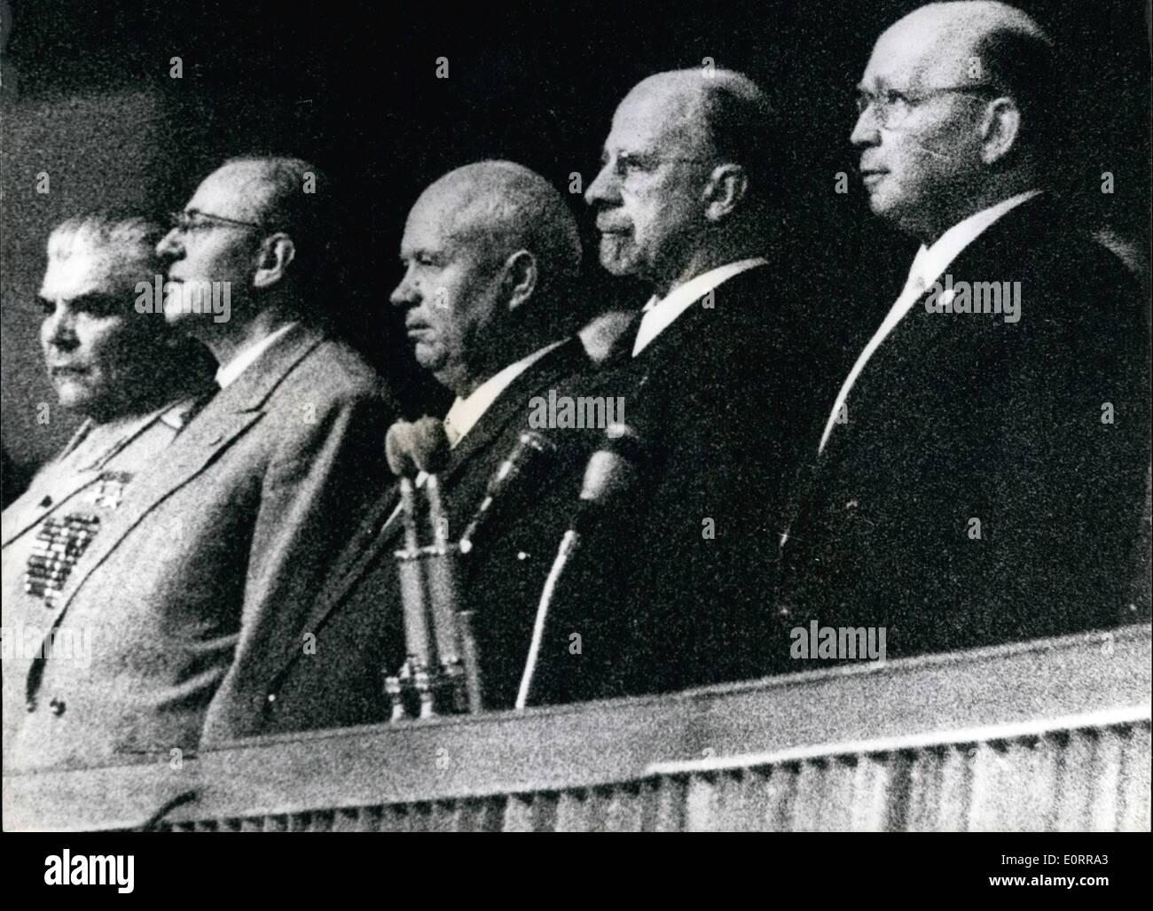 """Mayo 05, 1960 - El Sr. Khruschev comer en su discurso en Berlín el pasado viernes, dijo que el actual stuation en Berlín tendría que mantenerse hasta la otra Cumbre. Dijo que Rusia """"nada que empeoran la situación internacional''- y traer de vuelta a la guerra fría. De hecho, dijo que su país ayudaría hacer todo lo posible para lograr una mejora en las relaciones internacionales. Muestra fotográfica: Sres. Imagen De Stock"""