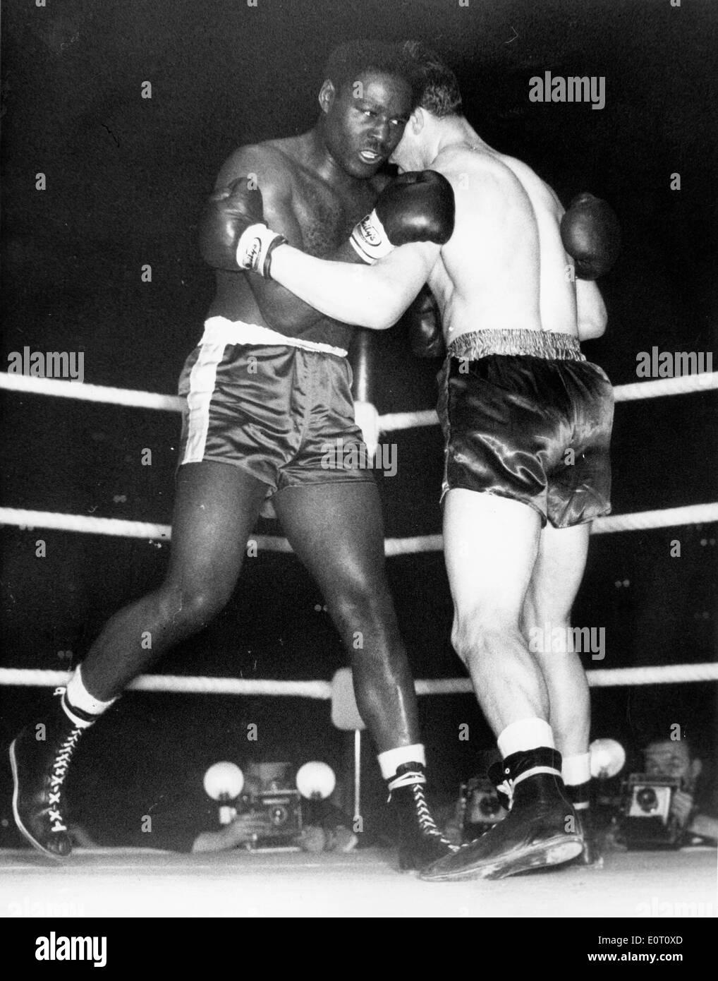 Boxer Ezzard Charles durante una pelea Foto de stock