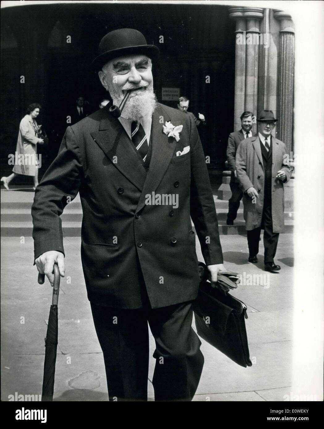 28 de julio de 1962 - Bearded Oil Tycoon recibe daños - y cuenta por miles en costos: El magnate de petróleo barbudo Nubar Gulbenkian, 66, ganó ~22 daños de la BBC ayer. Con una orquídea marchitante en su solapa, dijo: ''no alterará materialmente por el nivel de vida. Pero lo que sí, aunque de una manera pequeña, son los miles de libras en costos que tendrá que pagar por llevar el caso contra la BBC en el Tribunal Superior. Demandó por una entrevista en la que hizo comentarios despreciativos sobre los fideicomisarios de la fundación de su padre millonario ~5 millones de caridad Foto de stock