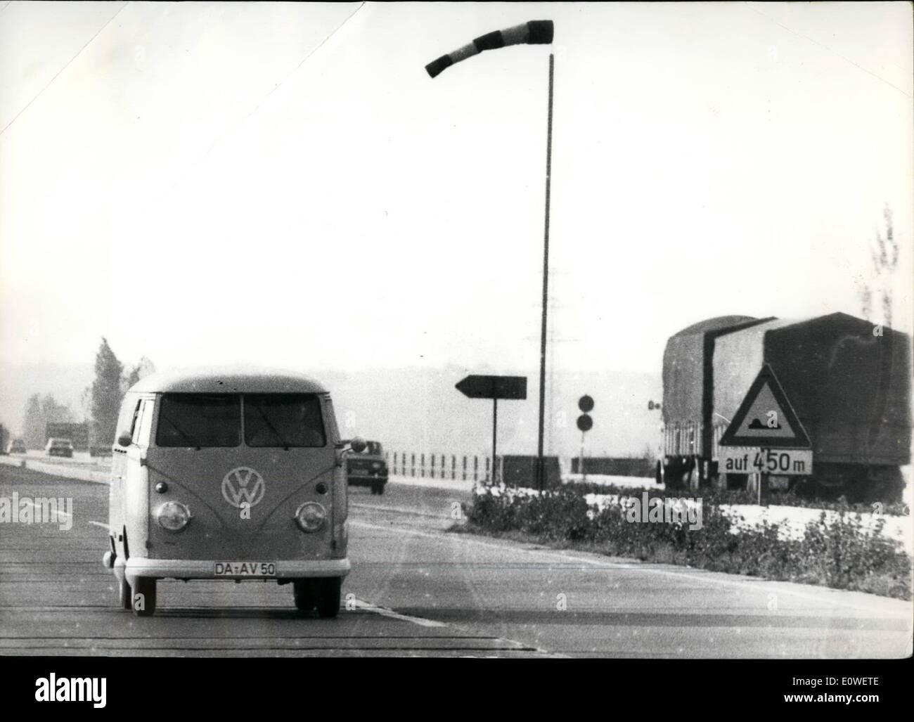 Octubre 10, 1962 - Windbags sobre Autobahn puentes : bolsas de viento similares a las usadas en los aeródromos se crearon en algunas peligrosas Autobahn puentes en Alemania Occidental para advertir a los conductores de los fuertes vientos que podrían provocar accidentes de tráfico. Nuestra foto muestra el viento bolsas en una autopista puente cerca de Raunheim en el trayecto Frankfurt - Colonia. Imagen De Stock