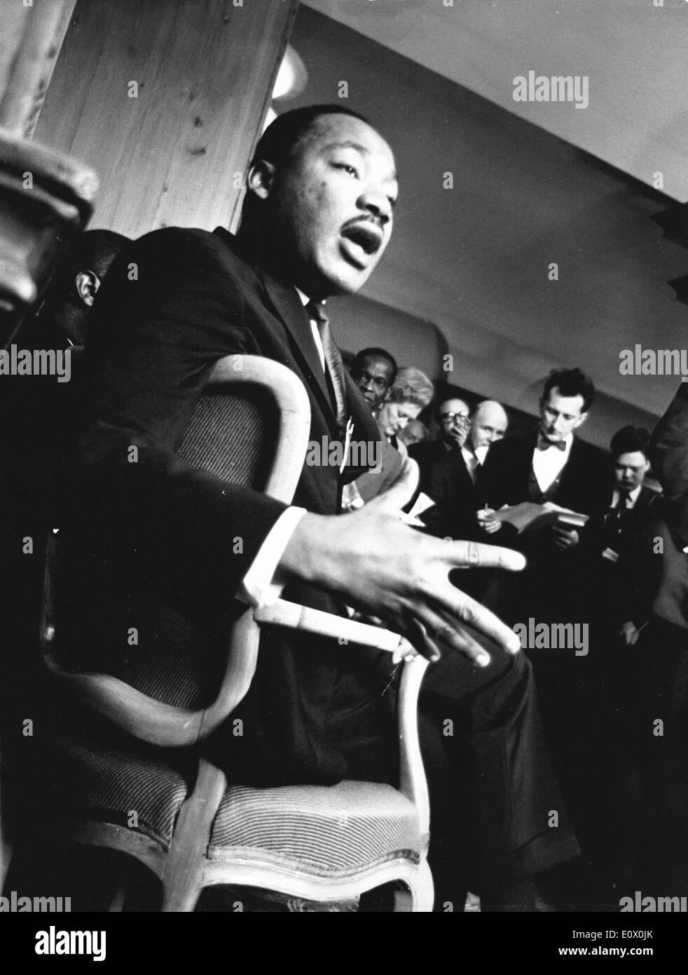 Martin Luther King Jr. en una silla hablando en Londres Foto de stock