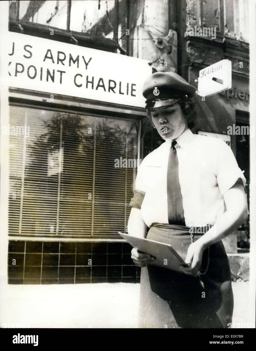 Agosto 26, 1965 - British Servicio Mujeres de servicio. En Checkpoint Charlie: Servicio británico de mujeres se han sumado a los soldados americanos y franceses - de guardia en el punto fronterizo de Checkpoint Charlie, en Berlín. Muestra fotográfica: Cpl. Phyllis Lucas, retratada en lugares en el Checkpoint Charlie. Imagen De Stock