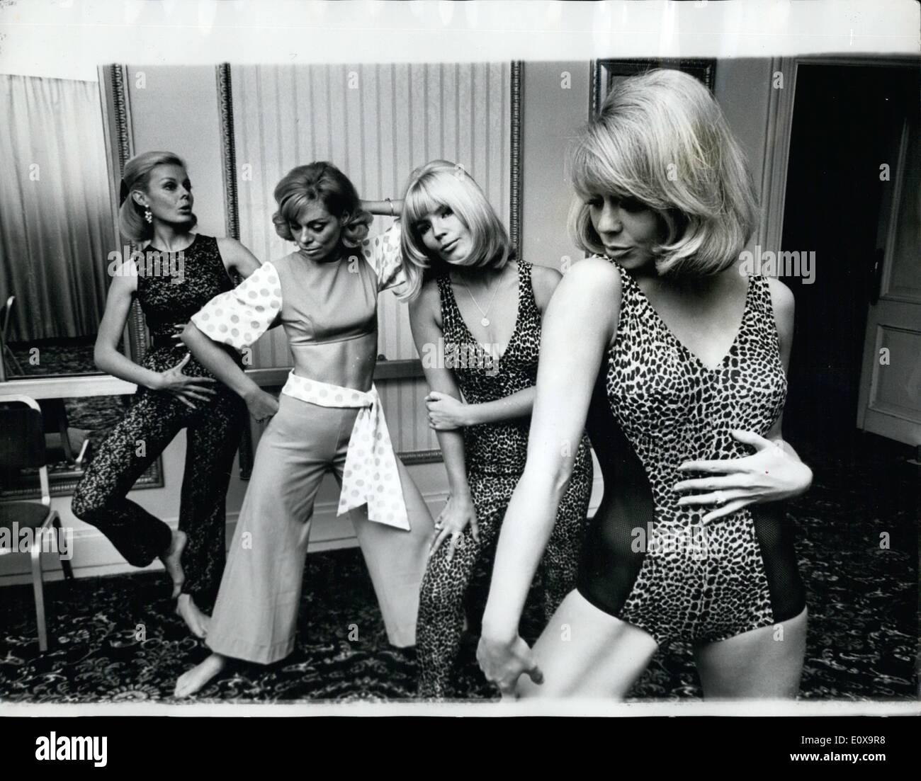 Octubre 10, 1965 - Traje de baño y ropa de playa Show en Londres. Los trajes de gato siempre el tema de la tendencia-traje de baño y ropa de playa show para 1966, que se celebró ayer en Londres. Foto: (de izquierda a derecha): ELLEN SUMMERHILL viste 'fantasía' Lace JOAN Crane, en 'río', GUNDEL SARGENT en 'Cat-Nap', y Marilyn RICKARD en 'coelet bañador' Imagen De Stock
