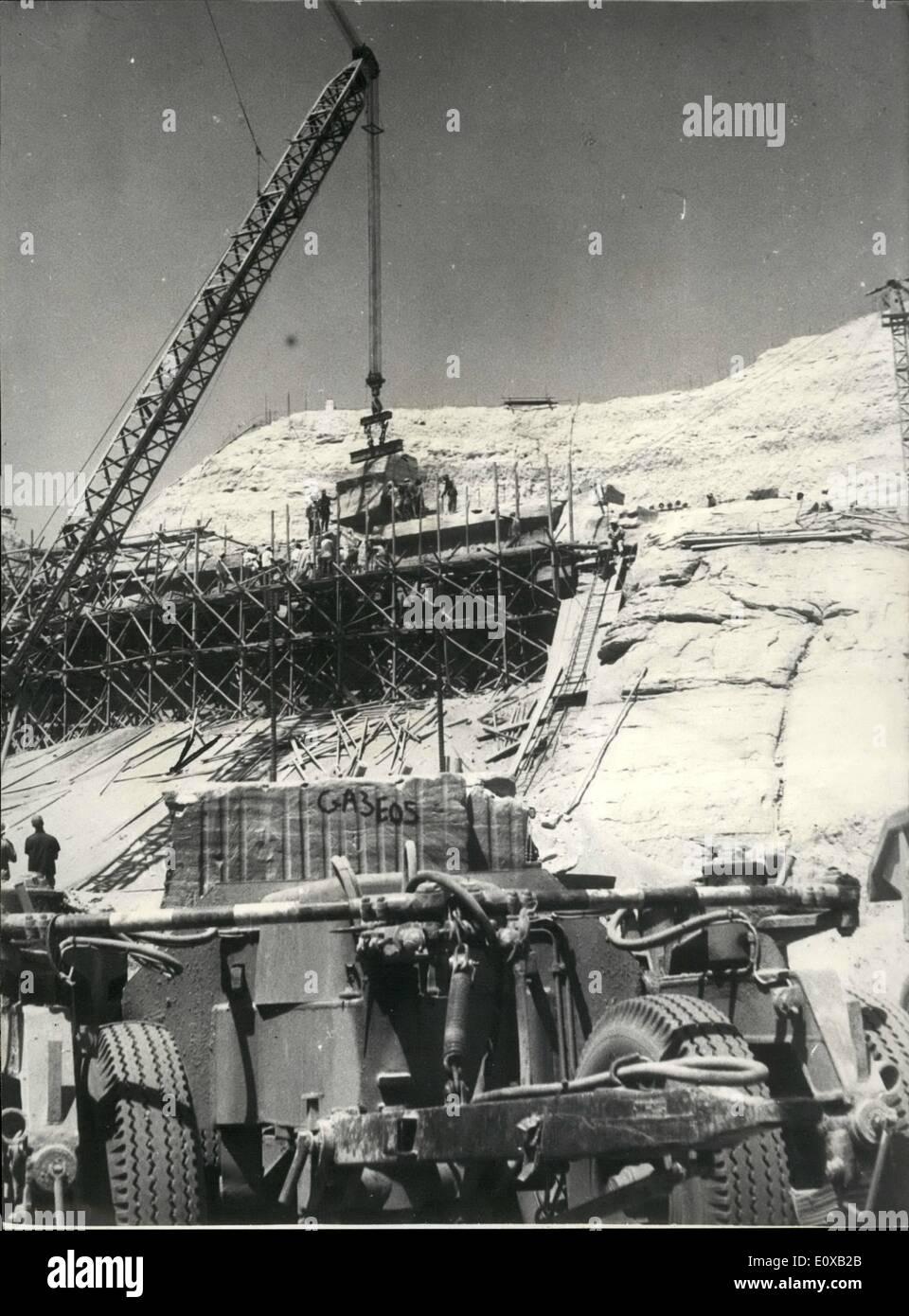 Enero 01, 1966 - el desmantelamiento del primer bloque de la parte superior de la fachada del templo mayor. / Foto de stock