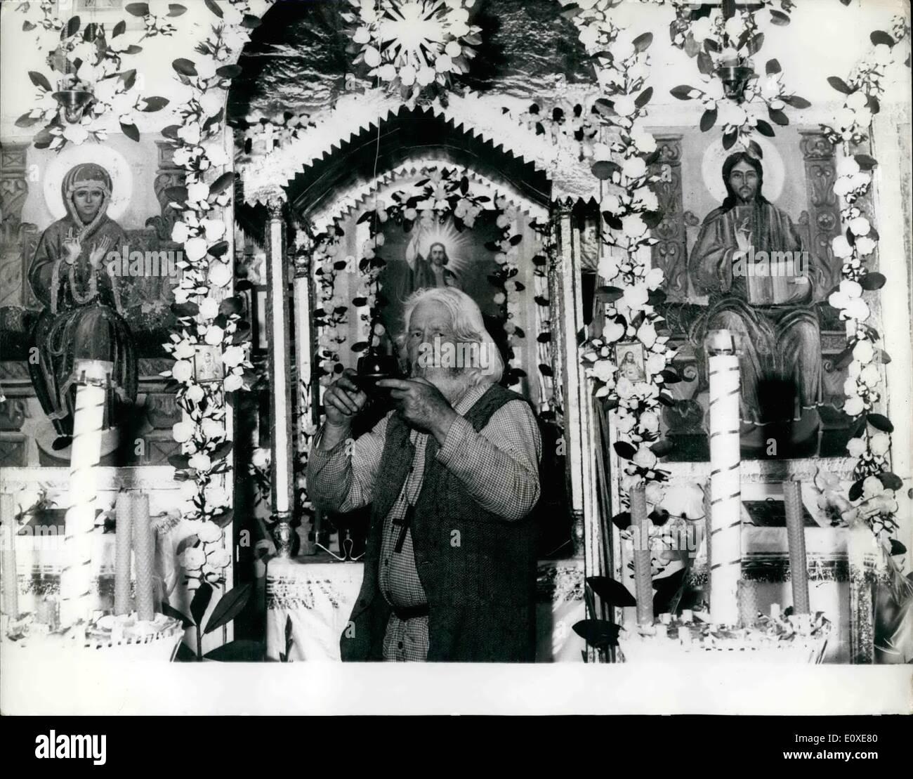 Jul 07, 1966 - El último ermitaño de la Metrópoli Ravarian: Este monje ruso Piotr Timofei, se considera a sí mismo como la primera víctima del nuevo centro olímpico de Munich, su pequeña iglesia y su lugar de residencia, situada en una pequeña colina en Munich. Su iglesia tendrá que venir abajo debido a los próximos Juegos Olímpicos que se celebrarán en Munich en 1972 y como la iglesia está en el sitio en el que los juegos se celebrará tendrá que ser derribado Imagen De Stock