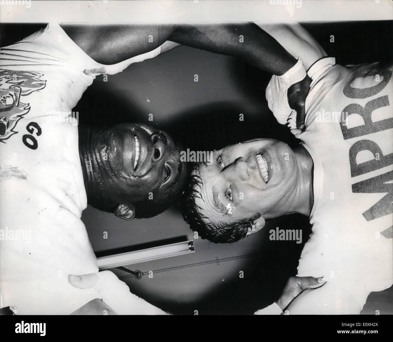 Octubre 10, 1966 - Billy Walter trenes para su lucha con José Mano: peso pesado británico Billy Walker, que es animado y sobre todas las denuncias de soborno, ha insistido en que su próximo oponente tiene un registro más allá de toda duda. Ahora ha firmado hasta cumplir la argentina José Mano, que nunca ha sido apagado sus pies, en el Albert Hall en octubre 25th. Billy estaba teniendo un trabajo en el noble arte de gimnasio en Haverstock Hill hoy. La foto muestra una imagen de ángulo exclusivo de Billy Walker y sus sparring John Hendrickson como ellos tiran con todo su peso el uno contra el otro en un clinch, durante un entrenamiento hechizo hoy. Imagen De Stock