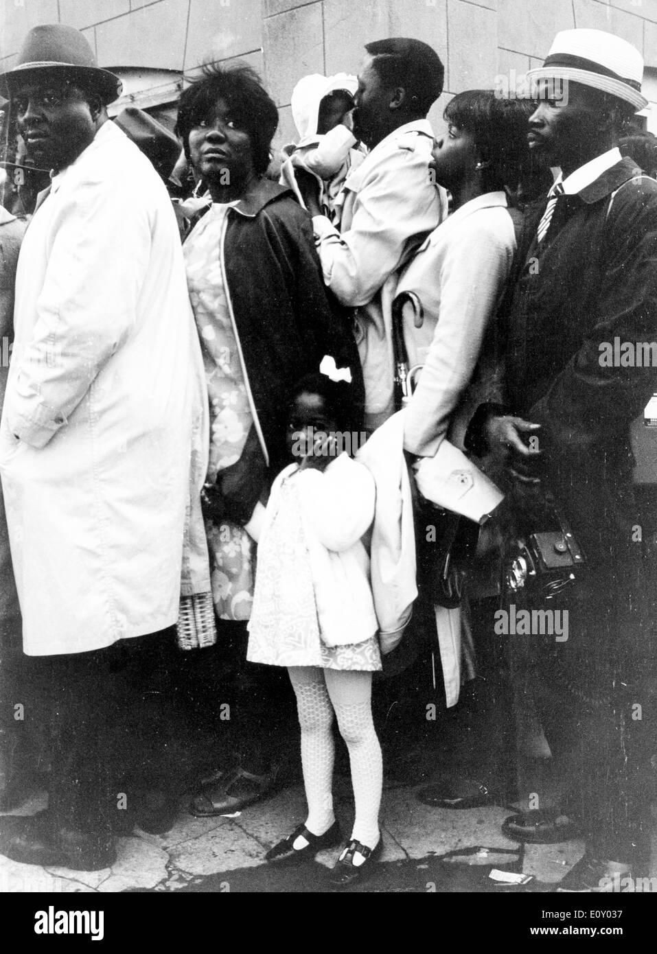 Los dolientes asisten a funeral de Martin Luther King Jr. Foto de stock
