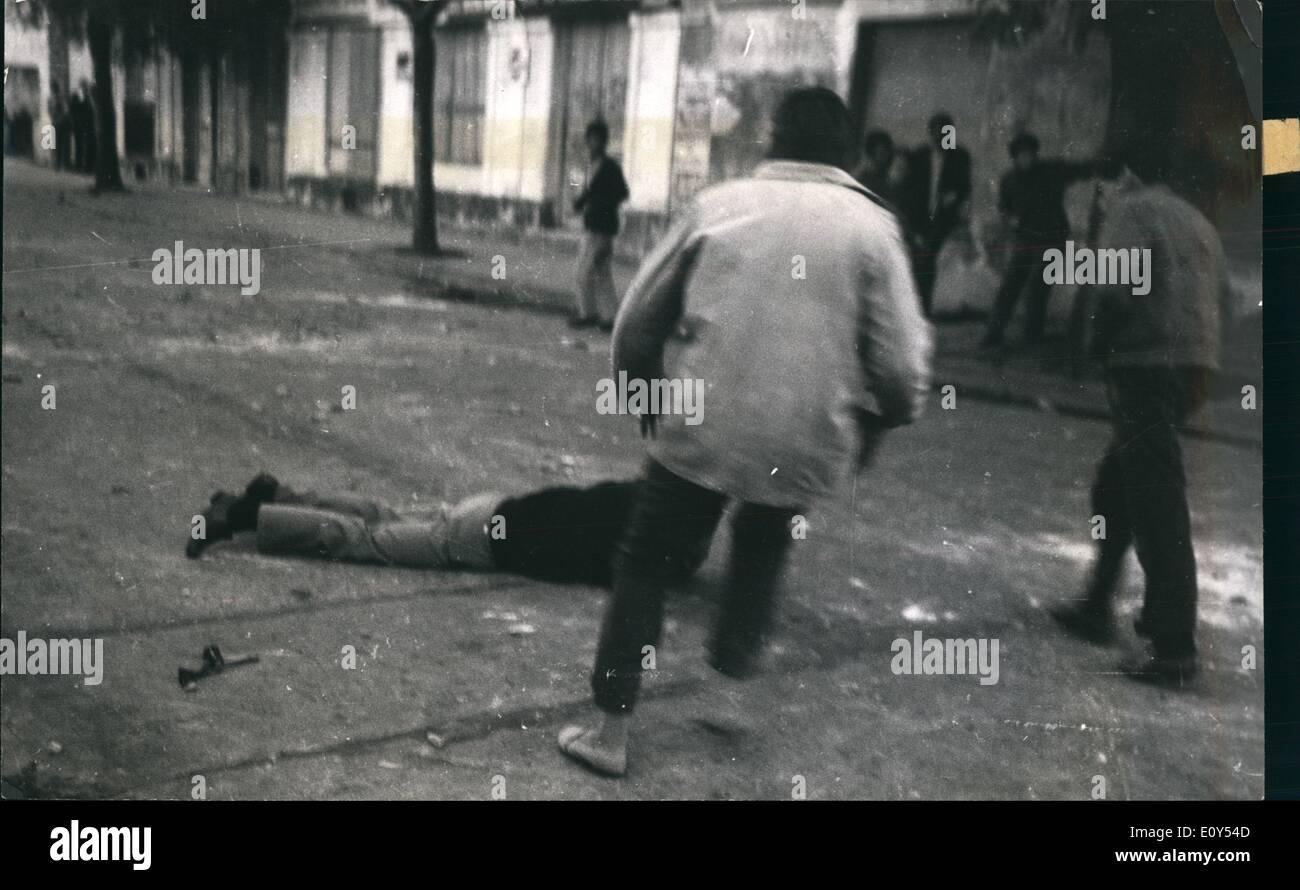 El 11 de noviembre de 1968 - Los alumnos recogen sus camaradas heridos por la policía. Los estudiantes revuelta en Montevideo, Uruguay. Imagen De Stock