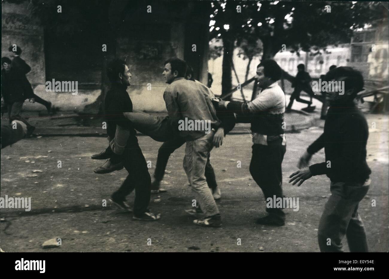 Nov 11, 1968 - Estudiantes a recoger a sus compañeros. Los estudiantes revuelta en Montevideo, Uruguay. ne Z Imagen De Stock
