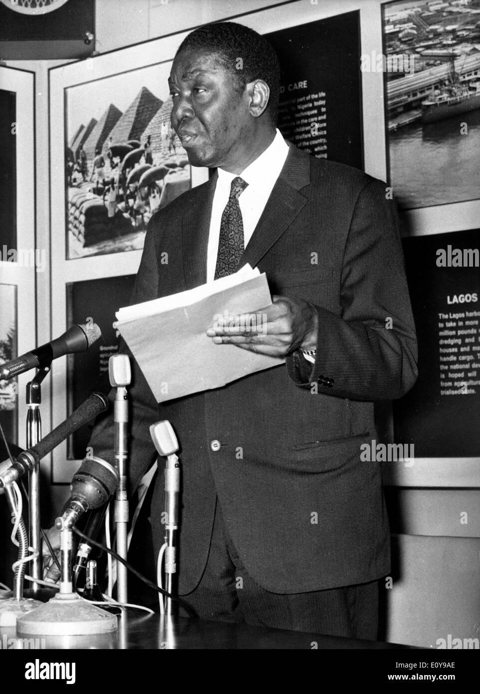Aug 28, 1969; Londres, Reino Unido; un golpe contundente contra el Coronel Ojukwu, líder rebelde secesionista de Biafra en la guerra civil nigeriana, Imagen De Stock