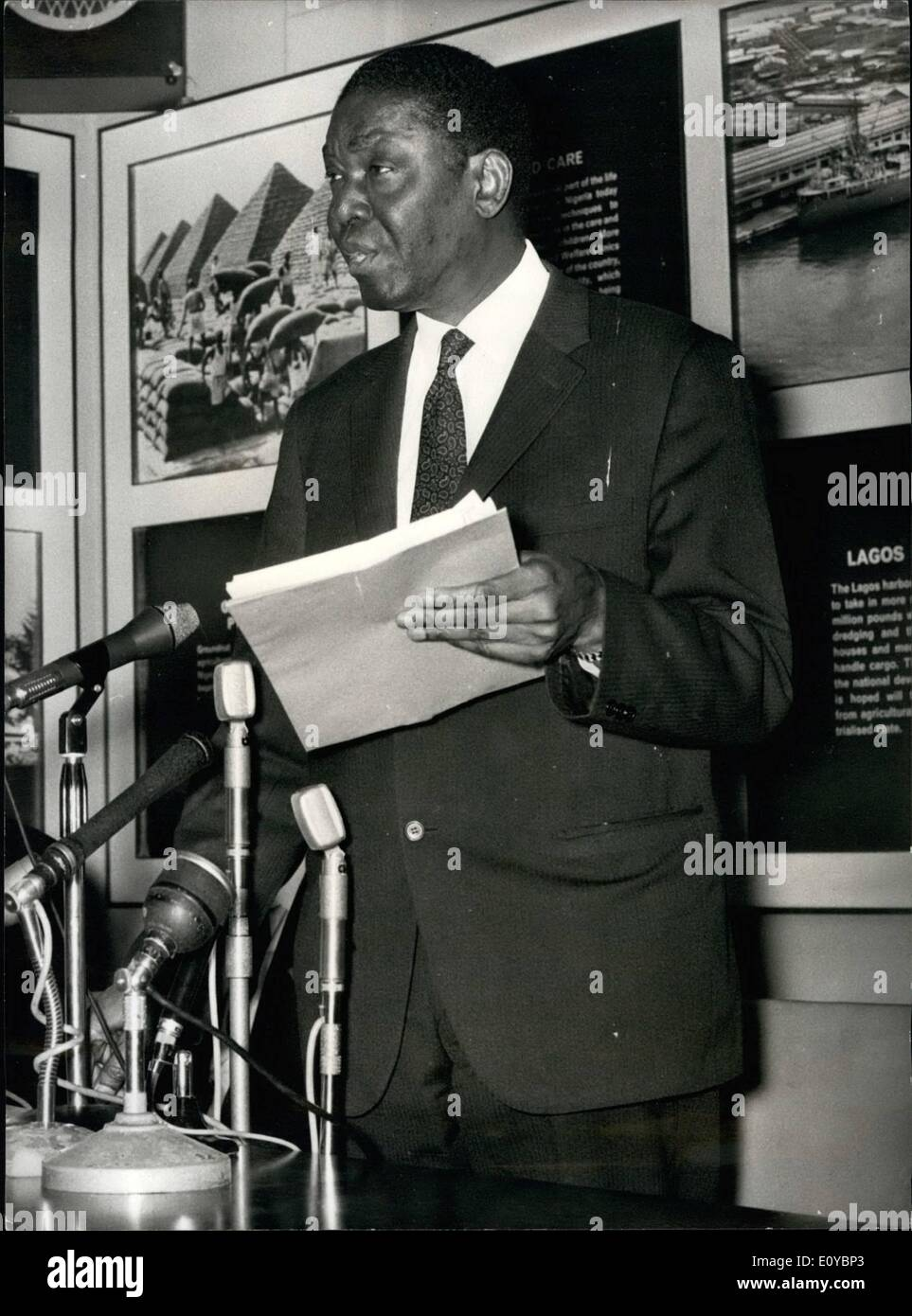 Agosto 08, 1969 - El ex Presidente de Nigeria anuncia su decisión de renunciar al Coronel Ojukwu la causa: un golpe contundente contra el Coronel Ojukwu. rebe; ;lector breakaway de Biafra en la Guerra Civil de Nigeria, fue entregado hoy en Londres. Venía Nnamdi Azikiwe - la formidable ''Dr. Zik'' - Primer Presidente Federal de Nigeria, que más tarde pasaron a convertirse en un miembro dominante del cerebro-trust Ojukwu librando la guerra. El ex-presidente Azikiwe anunció desde la Alta Comisión Nigeriana bombón su decisión de renunciar al Coronel Ojukwu la causa. La foto muestra el Dr. Imagen De Stock