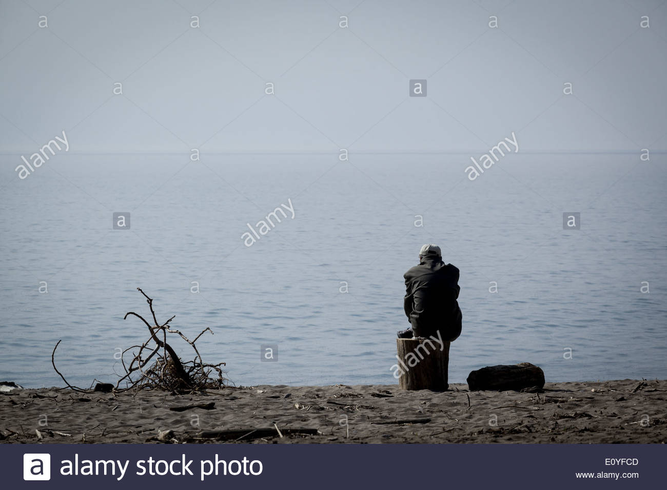Todos los solos y mirando deprimido. Imagen De Stock