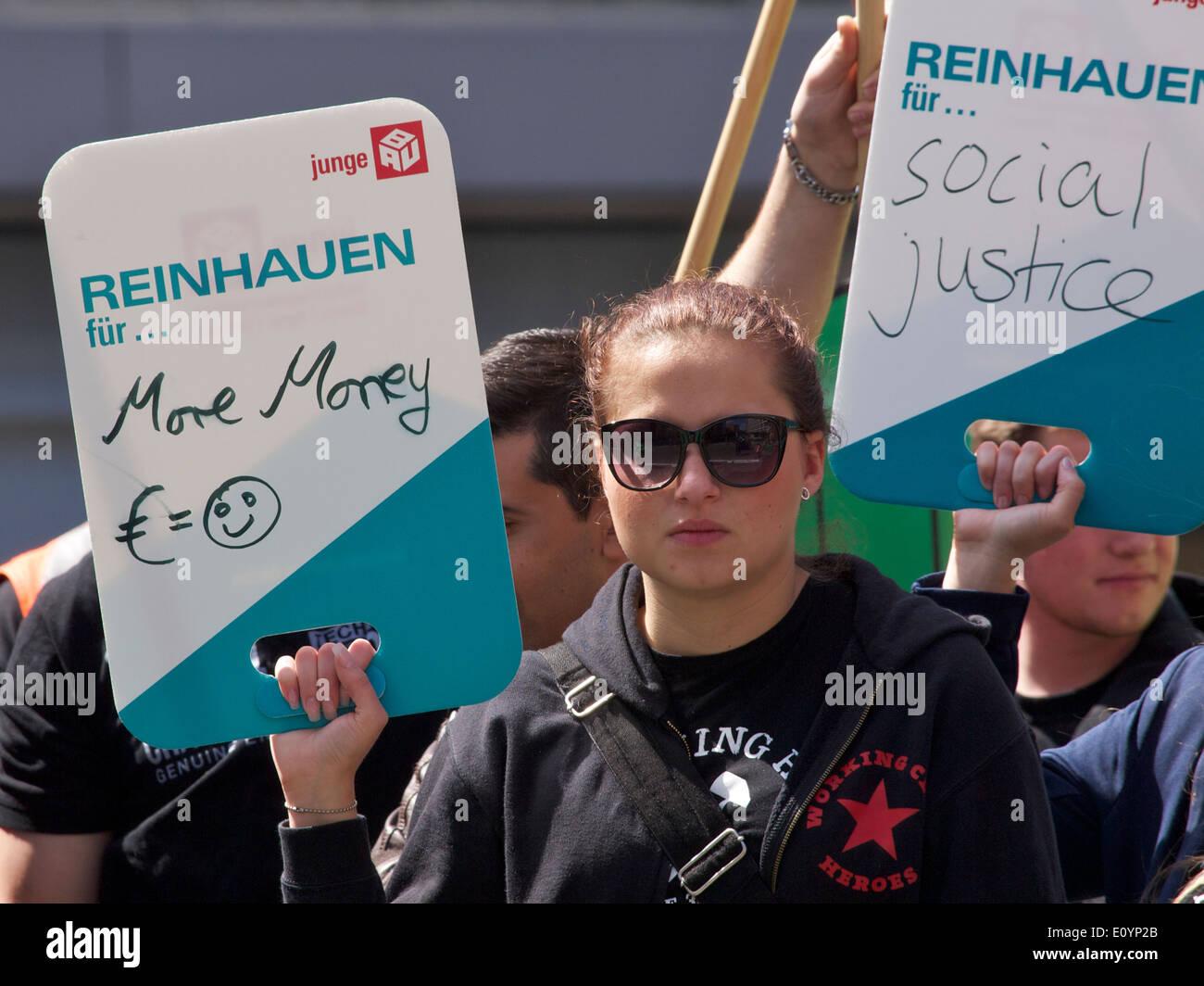 Chica protestando por más dinero a la Comisión Europea en Bruselas. Imagen De Stock