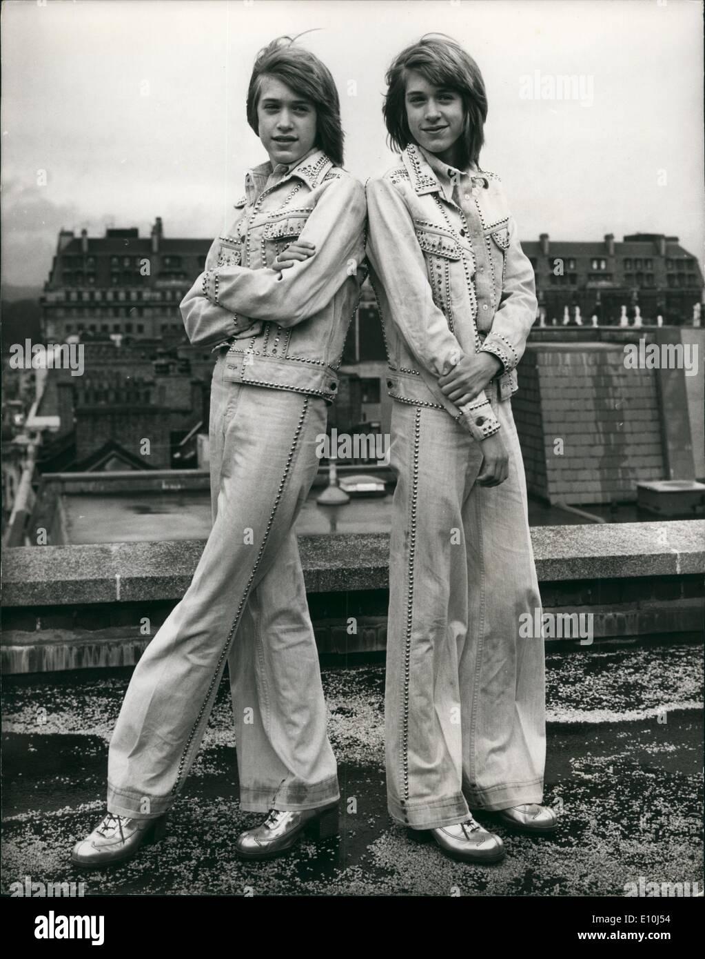 Marzo 03, 1973 - Los Gemelos Williams en Londres: Hubo una foto llamada hoy en Londres para dos nuevos jóvenes estrellas del pop- los gemelos de 14 años de edad, Andy y David Williams-Nephews del famoso cantante norteamericano, Andy Williams. los gemelos llegaron a Londres el domingo. La foto muestra a David (izquierda) y Andy Williams, los gemelos de 14 años, en la foto de hoy en Londres. Imagen De Stock