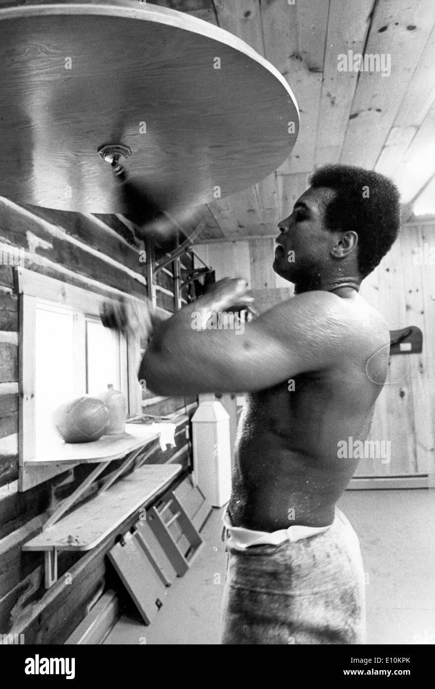 El boxeador Muhammad Ali en la formación Foto de stock