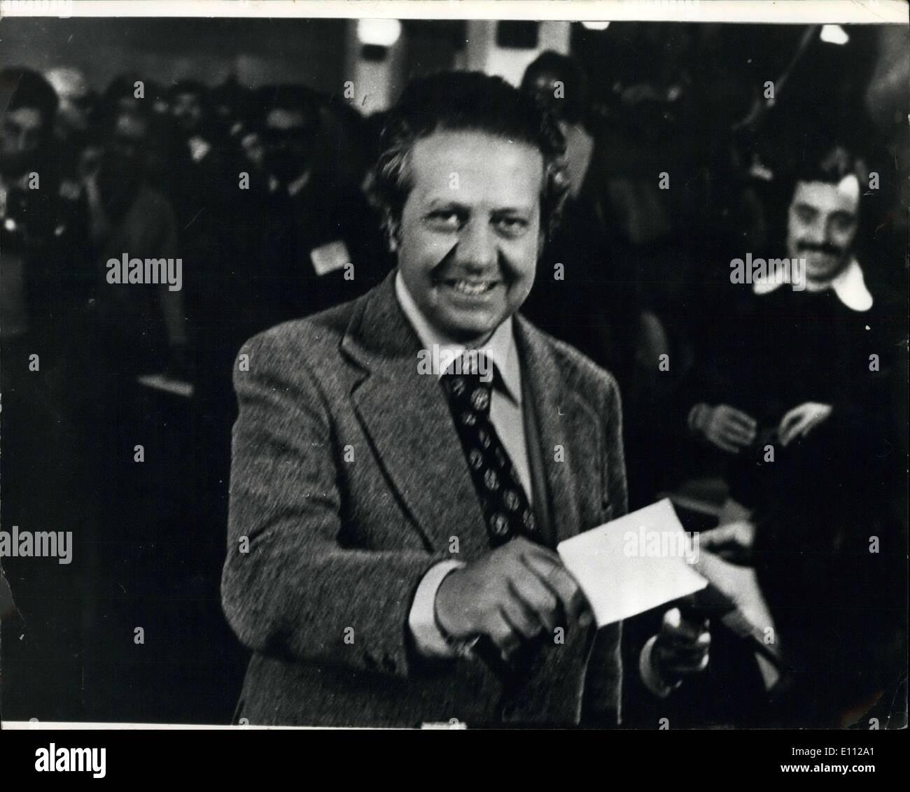 Abril 28, 1975 - Elecciones en Portugal; Socialistas obtuvo una resonante victoria en Portugal, las primeras elecciones libres en 50 años. La foto muestra el dirigente socialista Dr. Mario Soares, emitir su voto durante las elecciones del viernes. Imagen De Stock