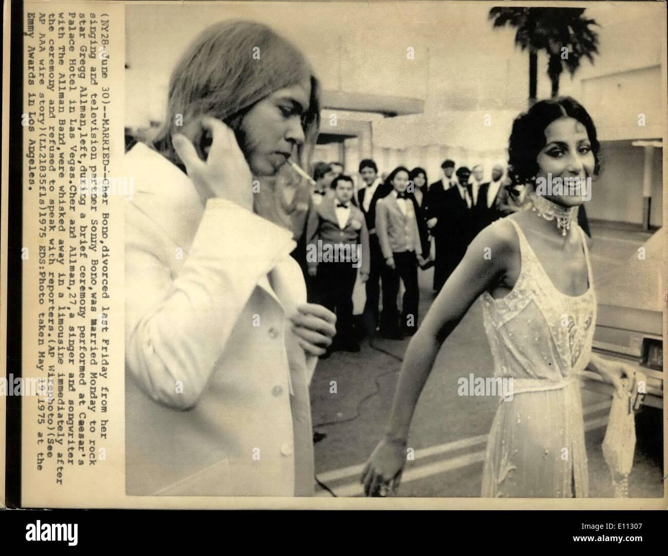 El 30 de junio, 1975 - casado - Cher Bono el viernes pasado, divorciado de ella cantando y socio de televisión Sonny Bono, estaba casado Lunes a la estrella de rock Gregg Allman, izquierda, durante una breve ceremonia realizada en el Caesar's Palace en Las Vegas. Cher y Allman, de 27 años, cantante y compositora con la Allman Band, se ve transportado en una limusina inmediatamente después de la ceremonia y se negó a hablar con los reporteros. EDS: Foto tomada el 19 de mayo de 1975 en los premios Emmy en Los Ángeles. Imagen De Stock