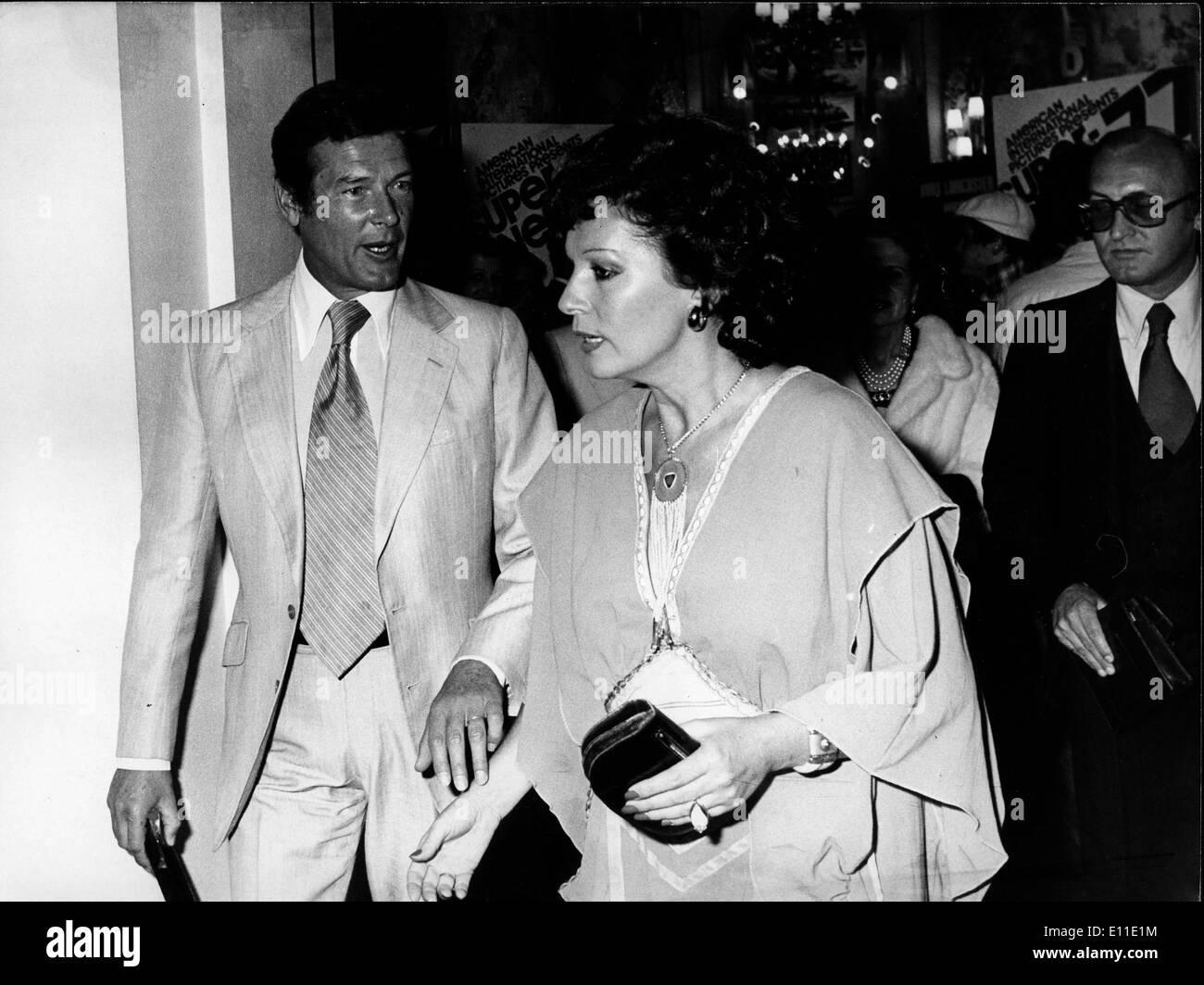 Mayo 23, 1977; París, Francia; el actor Roger Moore, también conocida como James Bond 007 en el Festival de Cannes Foto de stock