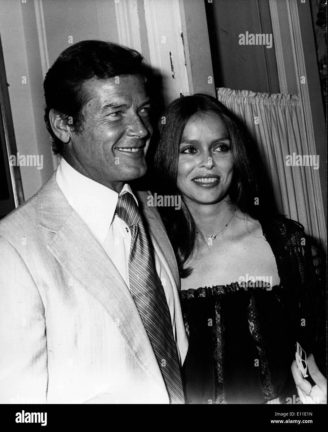 Mayo 23, 1977; París, Francia; el actor Roger Moore aka James Bond 007 y Barbara BACH co-estrellas en 'La espía Foto de stock