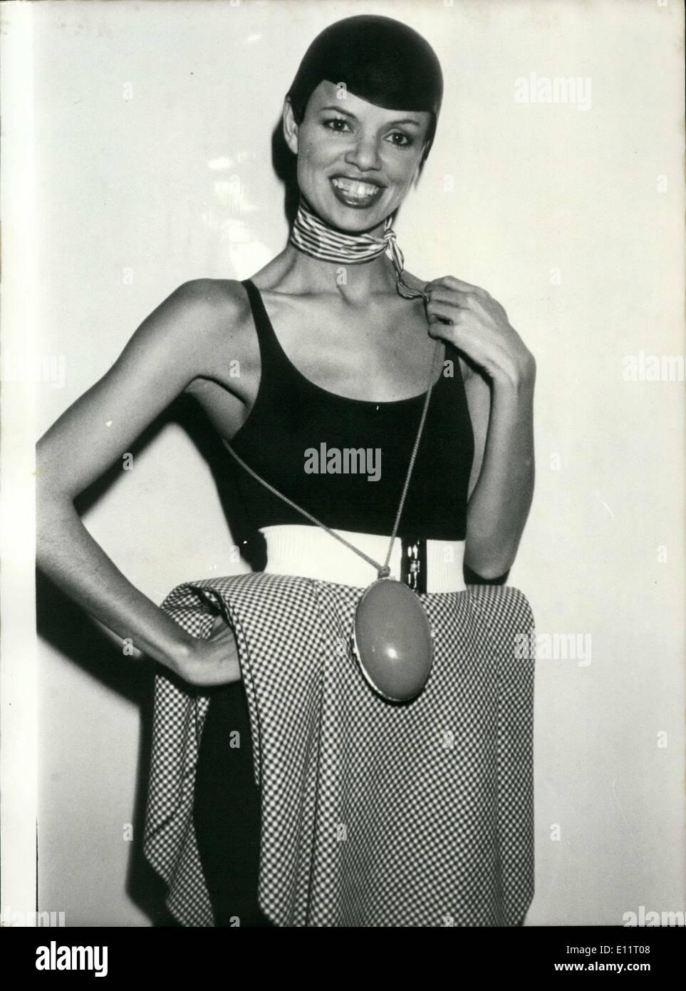 Enero 27, 1980 - La falda es en blanco y negro hounds dientes y tejido está emparejado con un cuerpo vestido negro y un cinturón blanco y un Imagen De Stock