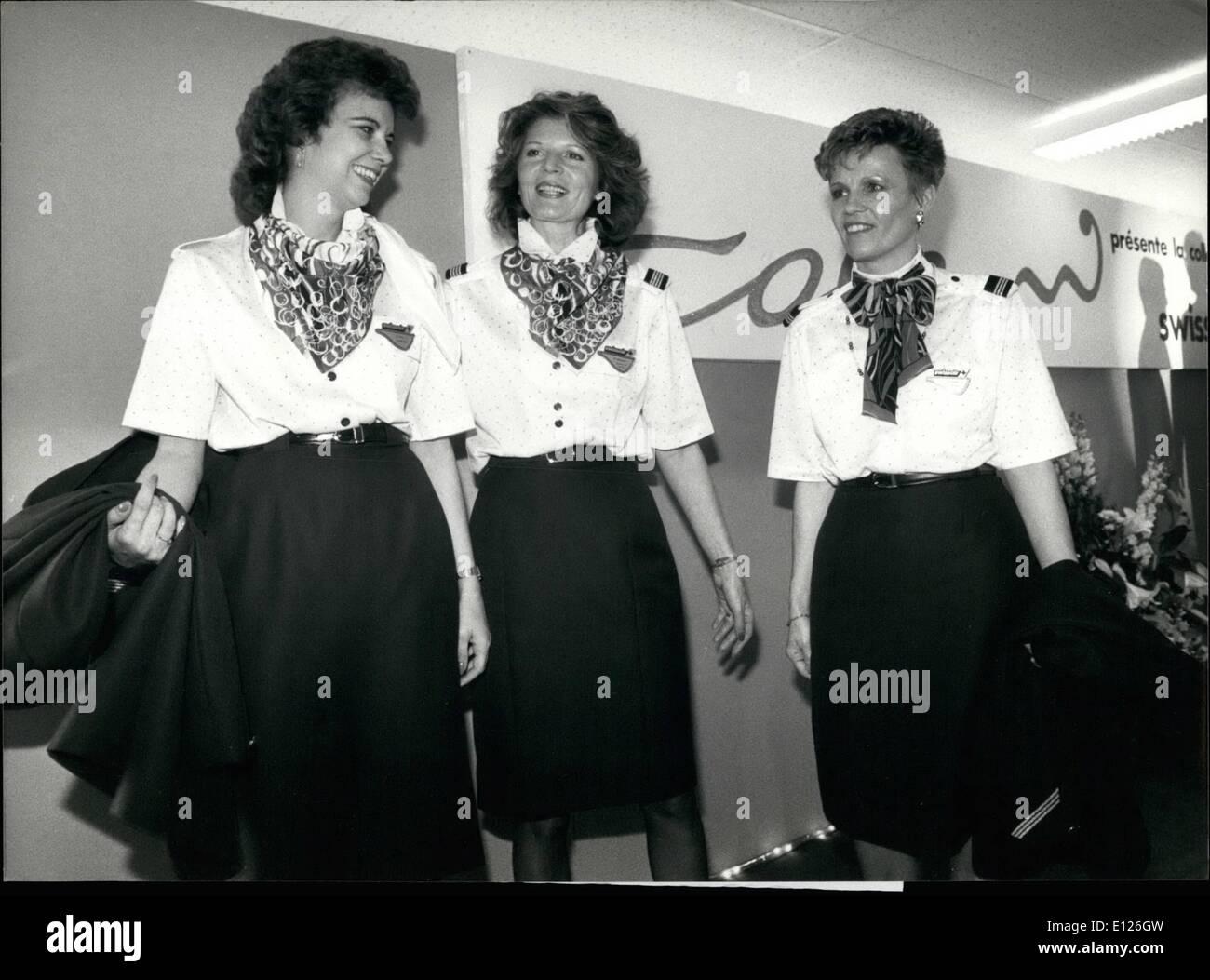 Febrero 02, 1990 - NUEVO TRAJE DE SWISSAIR W la famosa estilista suizo Luigi Colani ados una nueva colección de vestimenta para abo Imagen De Stock