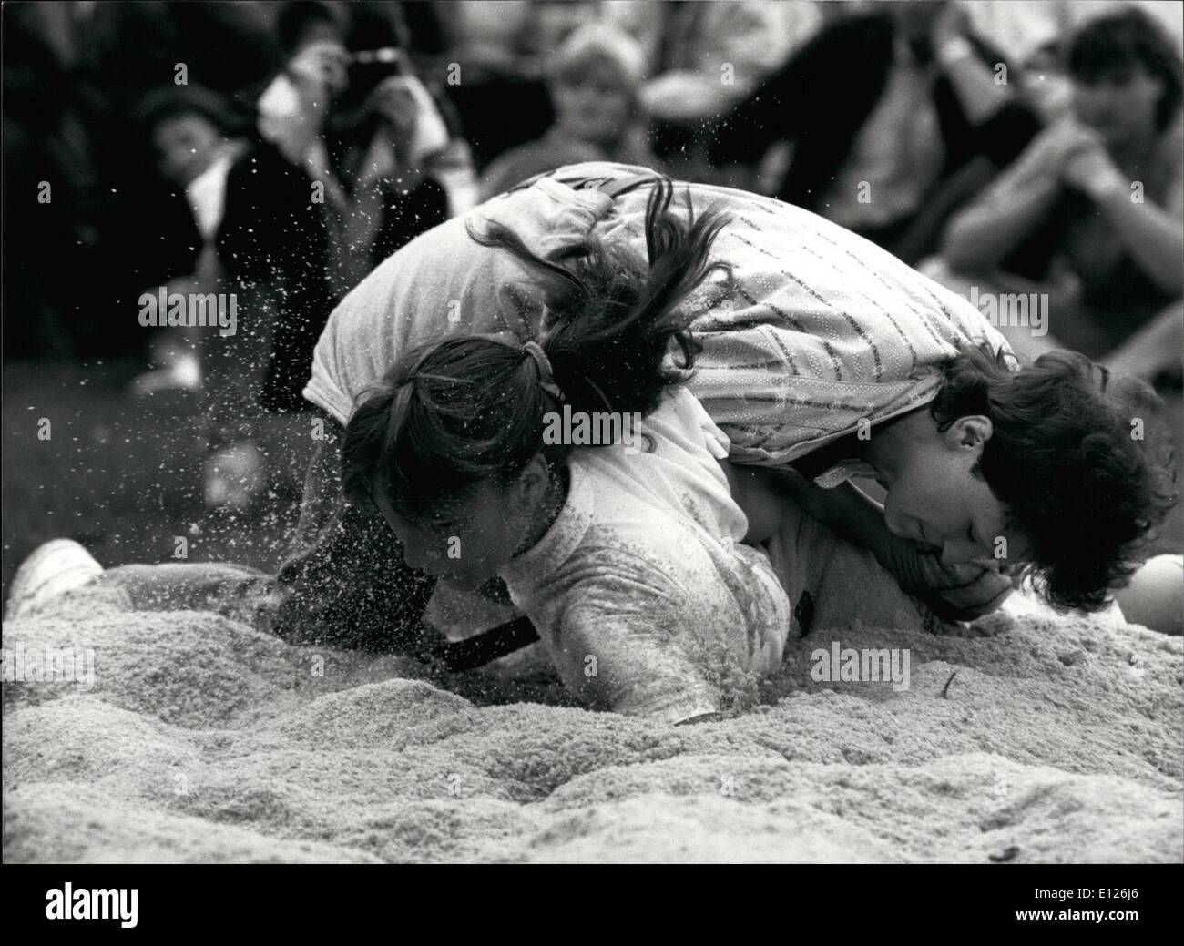 Abril 04, 1990 - Mujer de lucha estilo suizo: Ruth Ganath (con cola de caballo) y Netty Kalin aquí participar en un combate de lucha libre de estilo suizo en una competencia en Oberageri femeninas, el 30 de septiembre. Wrestling tradicionalmente es un deporte sólo para hombres. Imagen De Stock