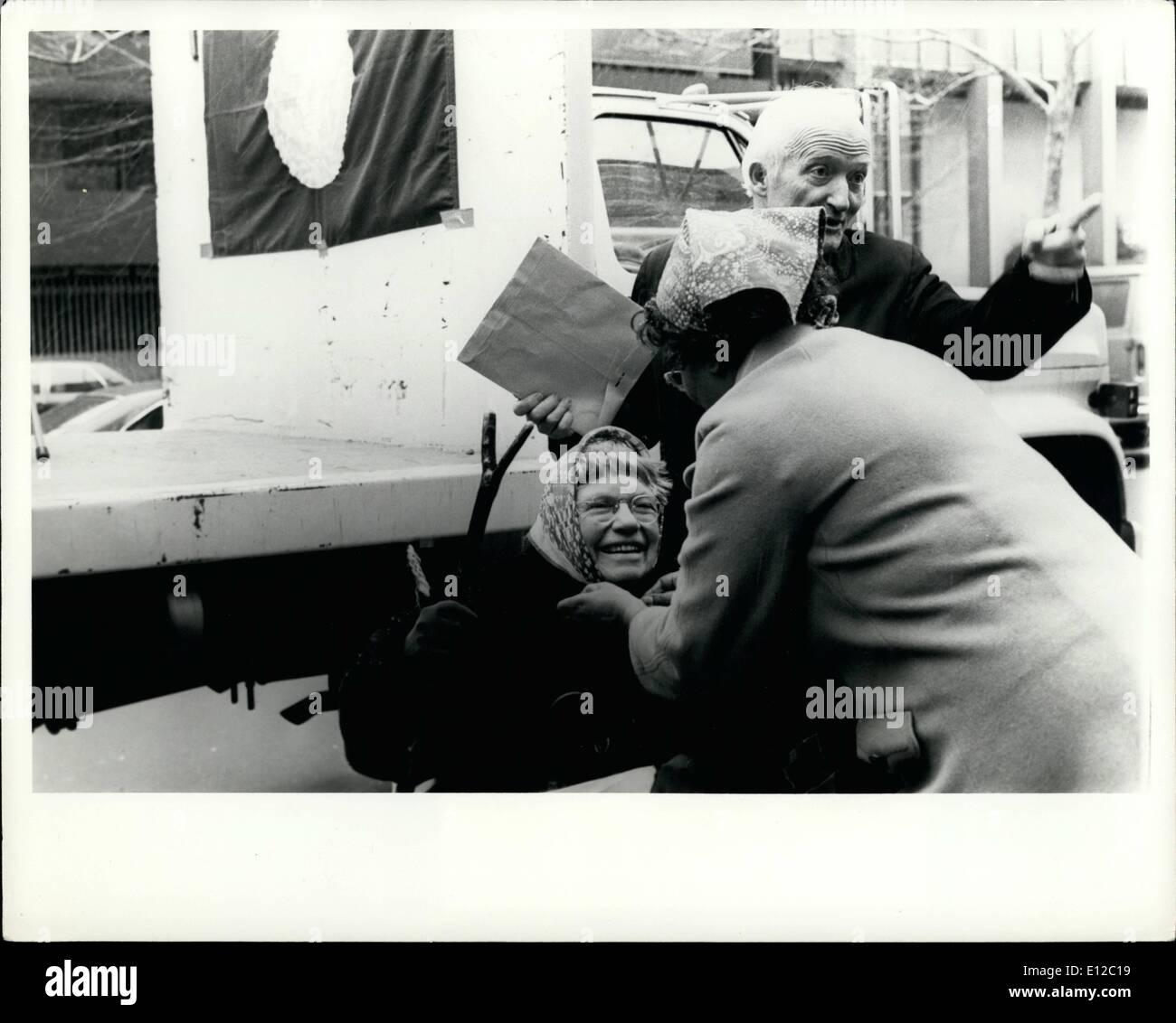 """Diciembre 16, 2011 - El día de la Tierra de 1977, Margaret Mead famoso antropólogo y presidenta internacional del Día de la Tierra 1977 del peldaño de la campana de la paz de la ONU en MARC 20, 1977 para indicar el momento del equinoccio de primavera y el día de la tierra. El día de la tierra se celebra para recordar a todas las personas de su parte en la preservación de este planeta. Se prevé que el día de la tierra un día festivo internacional. OPS: Margaret Mead obteniendo un ''babushka"""" contra el frío, viento y lluvia - John McConnell Presidente Sociedad de la Tierra (Earth Day Flag) Imagen De Stock"""