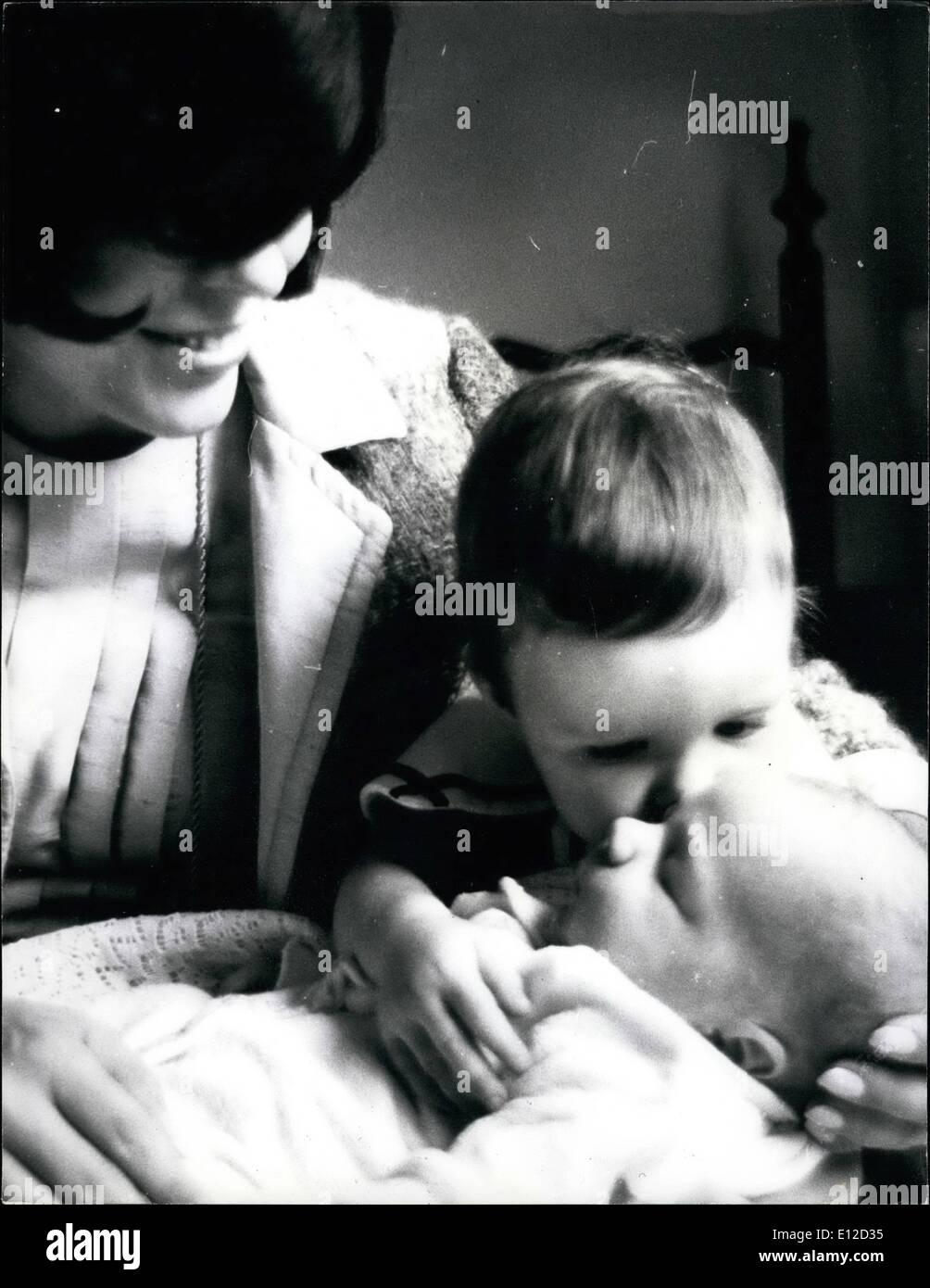 El 19 de diciembre, 2011 - Joan Collins con la hija y el nuevo bebé en Nueva York Joan Collins tuvo que ir a Hollywood para ser piezas dada su oscura, clamaba por la belleza sensual, actualmente está viviendo la vida de una esposa y madre de Nueva York. Se casó con Anthony Newley-que figuran actualmente en su propio musical El rugido del Greasepaint y el olor de la muchedumbre que fracasó en Londres y resultó un éxito rotundo en Nueva York-Joan ahora es la orgullosa madre de una niña y un niño: Tara, de dos años y seis semanas de edad llamado Sasha Alexander, para abreviar. Imagen De Stock