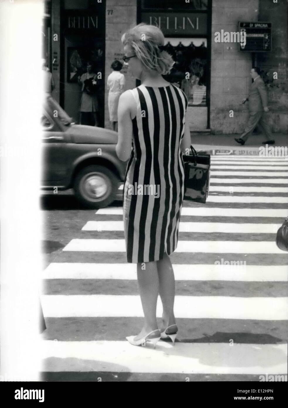 Enero 04, 2012 - Sinfonía en blanco y negro: el blanco y negro rayas de este vestido señorita hace contraste en el pasaje peatonal seccionado en Piazza Di Spagnanseen esta mañana durante la caminata en la hermosa y colorida plaza. Imagen De Stock