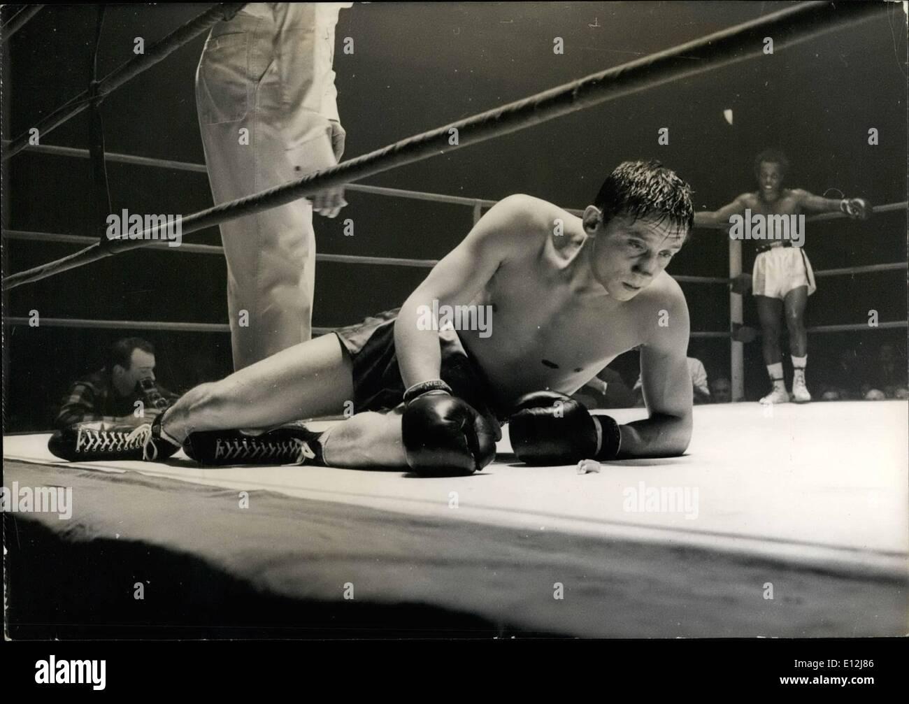 El 24 de febrero, 2012 - campeón de boxeo francés pierde sus dientes protector y su título; ayer por la noche, en el Palacio de los deportes de París, Imagen De Stock