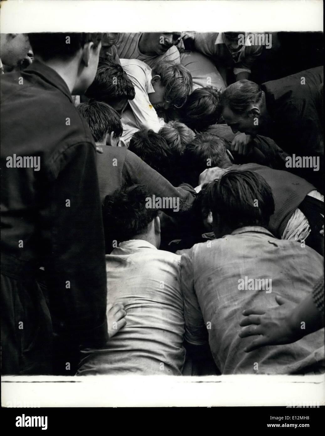 Febrero 24, 2012 - La batalla ha comenzado y los equipos opuestos bajar a cuatro horas - lucha por la botella, Imagen De Stock