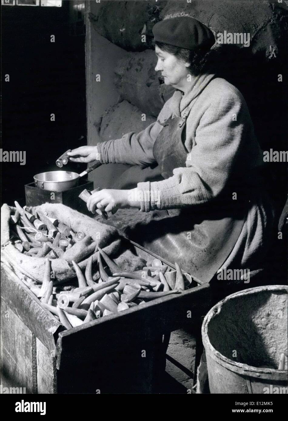 Febrero 24, 2012 - ¿Cuál es su línea? La Sra. Edith Durlow ha sido quince años con la empresa. Ella dips cuernos en sebo para evitar el agrietamiento durante la ordenación. Imagen De Stock