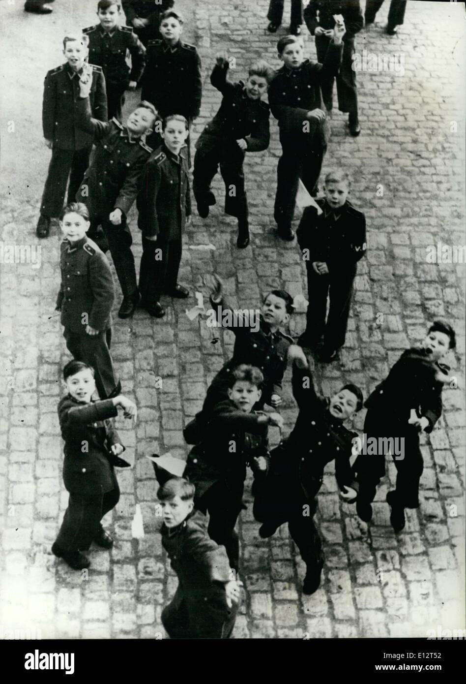 El 25 de febrero, 2012 - Los cadetes del ejército de Alemania Oriental en el DÍA. Como los chicos de todo el mundo, cuando los jóvenes como diversión con dardos de papel. El muchacho con ''V.D.'' en su brazalete es un monitor que los controles sobre la disciplina de sus compañeros, y no puede unirse a su juego. Imagen De Stock
