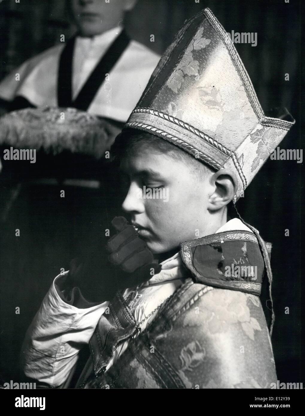 El 26 de febrero de 2012 - La joven obispo Besa el anillo: Timothy Owen-Burke, el niño obispo, besa a su corona después de la ceremonia en la que Imagen De Stock