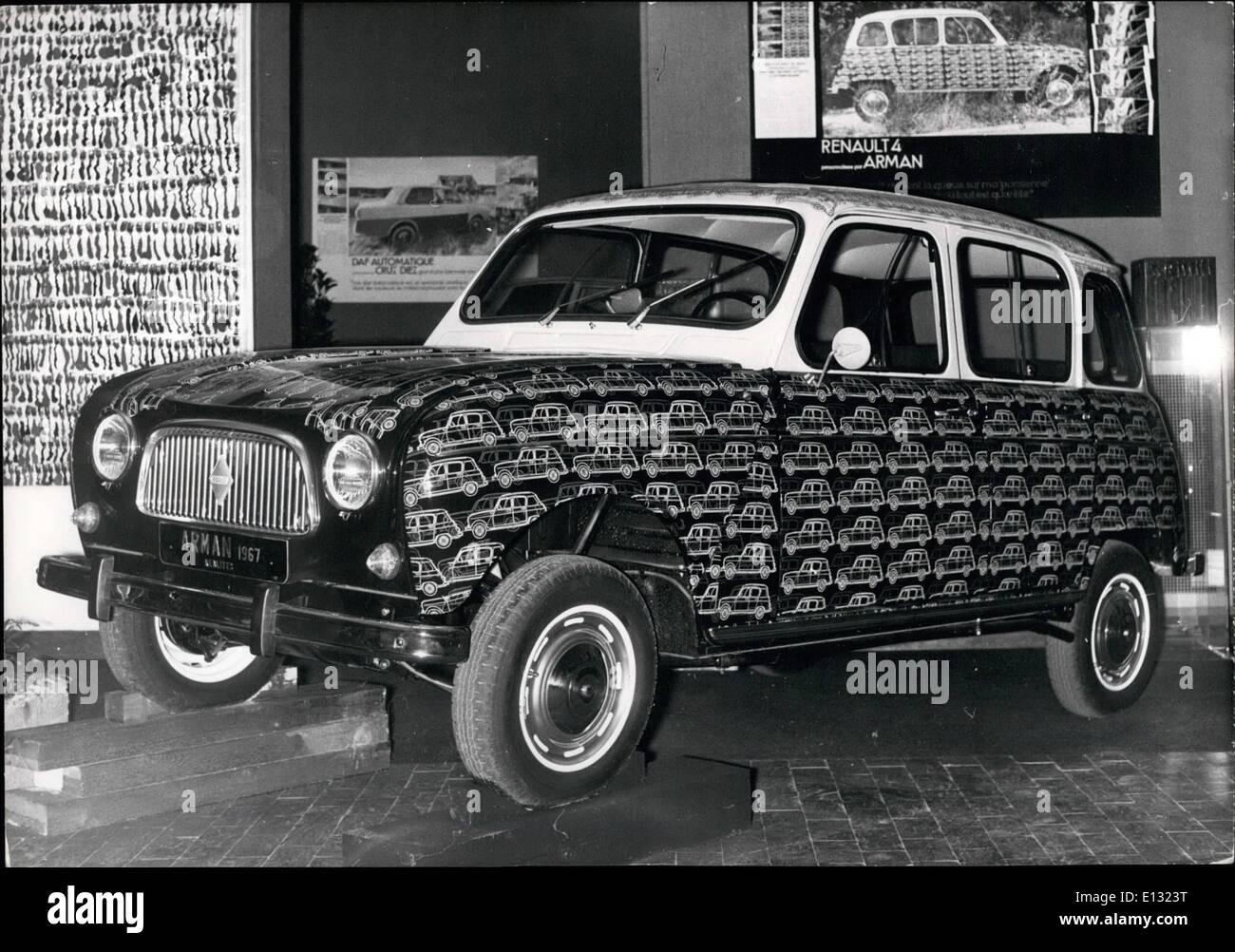 Febrero 26, 2012 - coches personalizados en París la venta en beneficio de la investigación-decoradas por famosos artistas.foto muestra un Renaulth decorado por Arman. Imagen De Stock