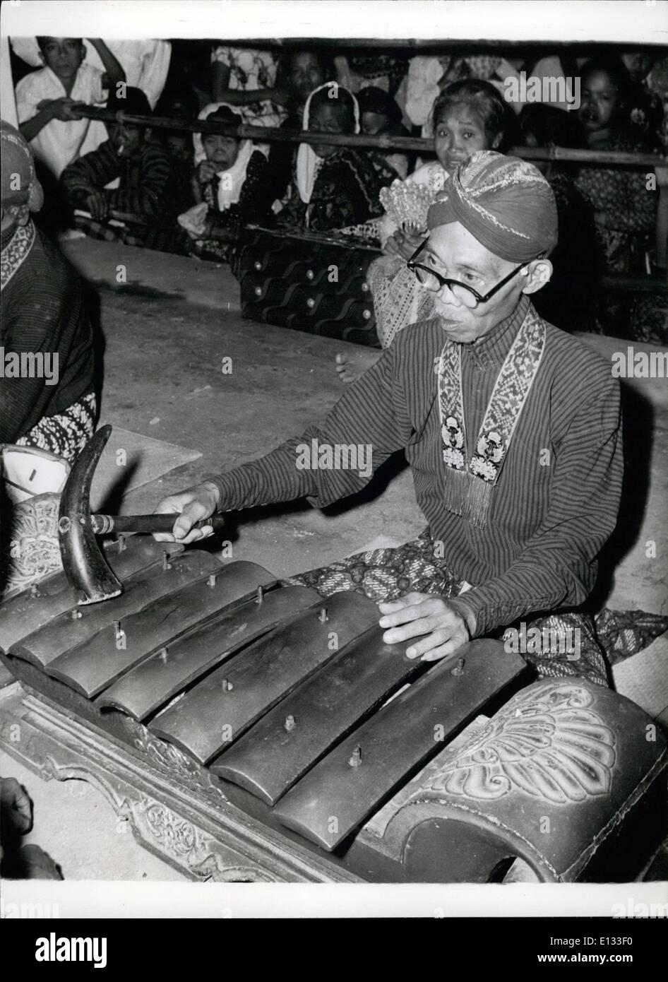 El 26 de febrero de 2012 - Un Jogjakarta músico toca un instrumento similar a un Xyle~ hone, pero late con un martillo hecho de los cuernos de un buey. Imagen De Stock