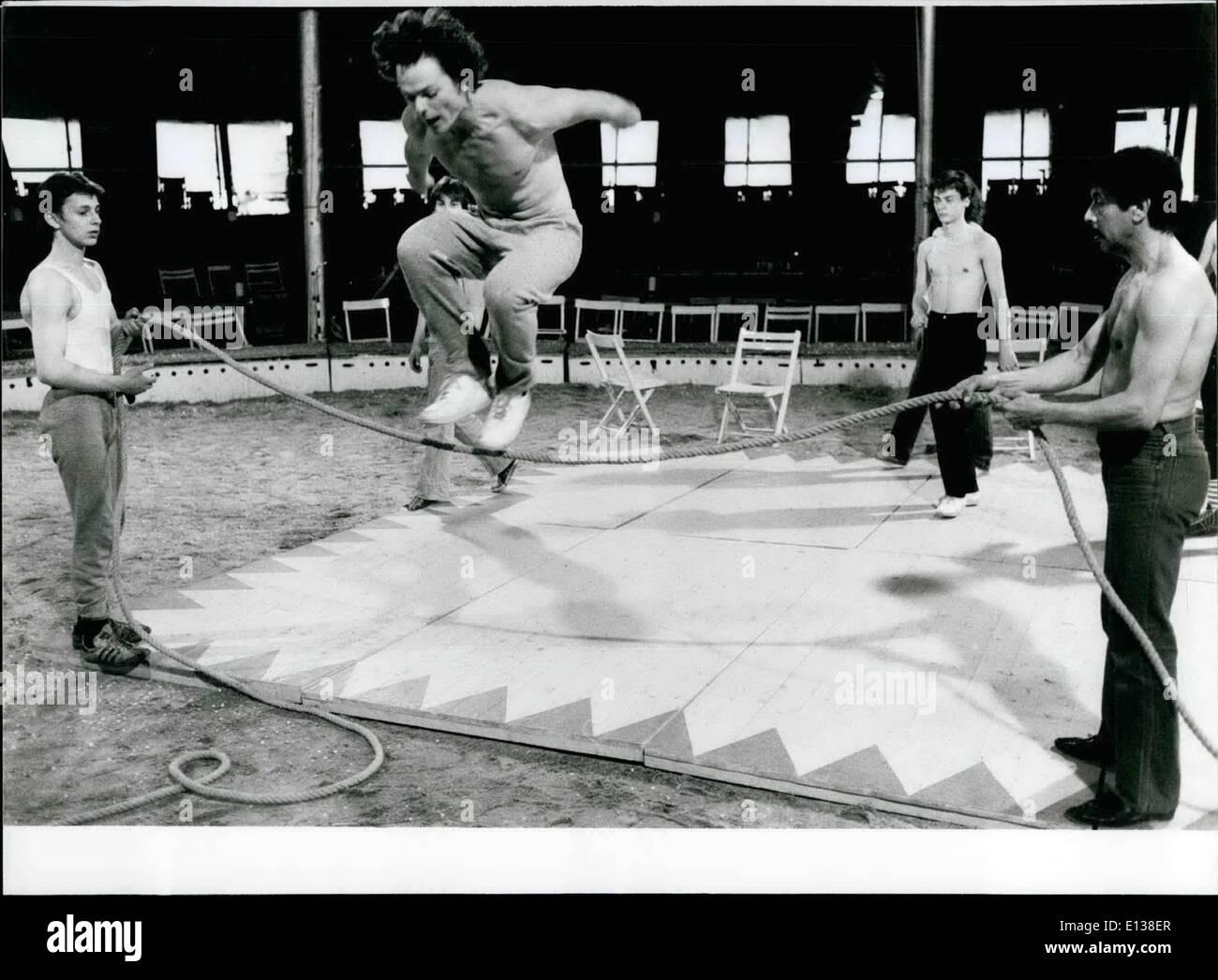 Febrero 29, 2012 - En Berlín existe desde 1st, 1980 El primer Circus-School: también en la Carpa del circo a los dioses set antes de éxito la transpiración. Esta triste experiencia que en la actualidad 15 jóvenes en la edad entre 19 y 27 años - los alumnos de la primera y hasta ahora en la escuela de circo solitario West-Germany. ''Tempodrom'' es el nombre del lugar en el Alten Potsdamerplatz en Berlín, donde el circo alumnos vienen juntos Imagen De Stock