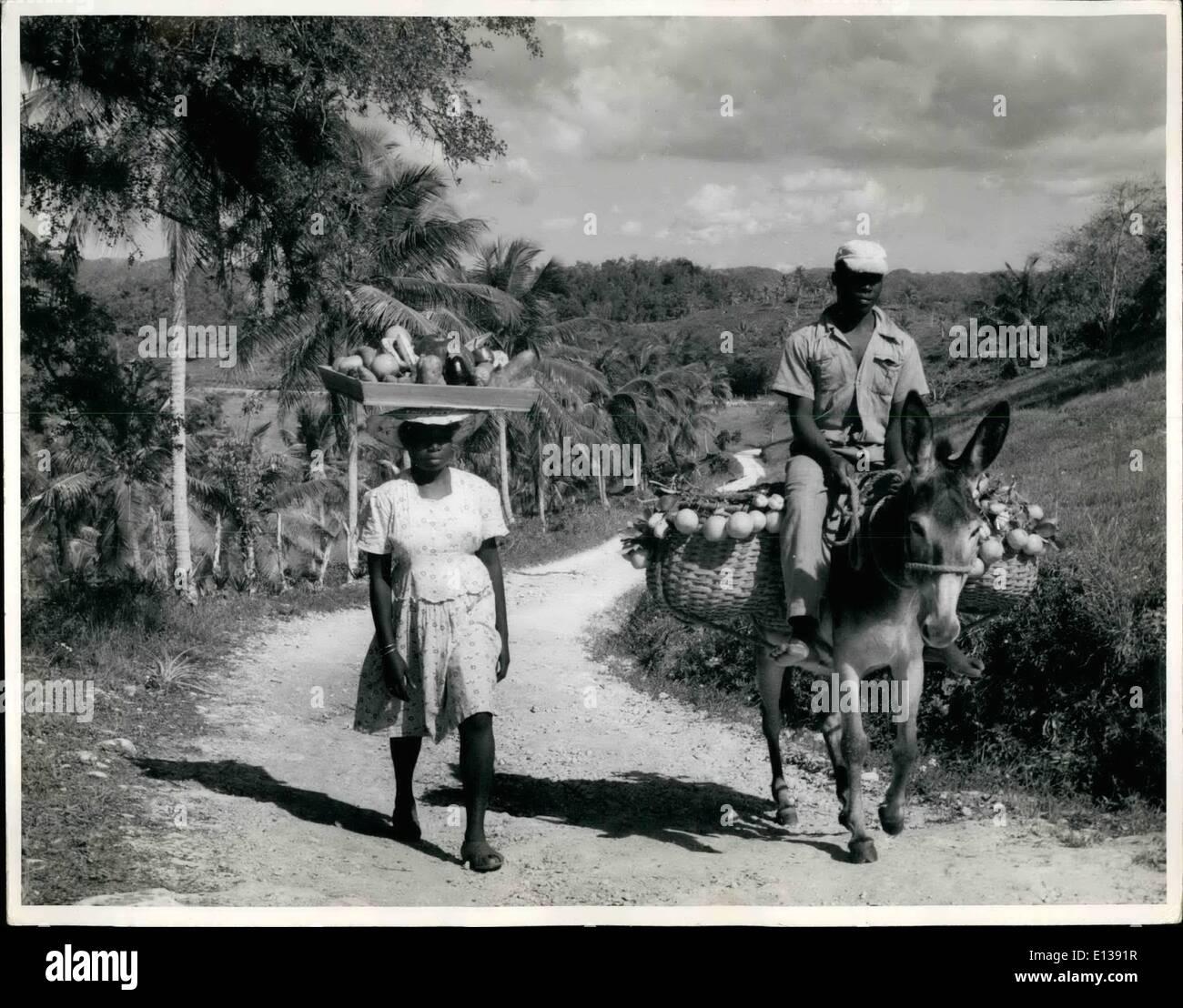 Febrero 29, 2012 - El caballero cabalga en Jamaica, B.W.I. Los campesinos del país en su camino al mercado de frutas y verduras. Nadie tiene prisa, menos de todos los pacientes de las cargas. Imagen De Stock