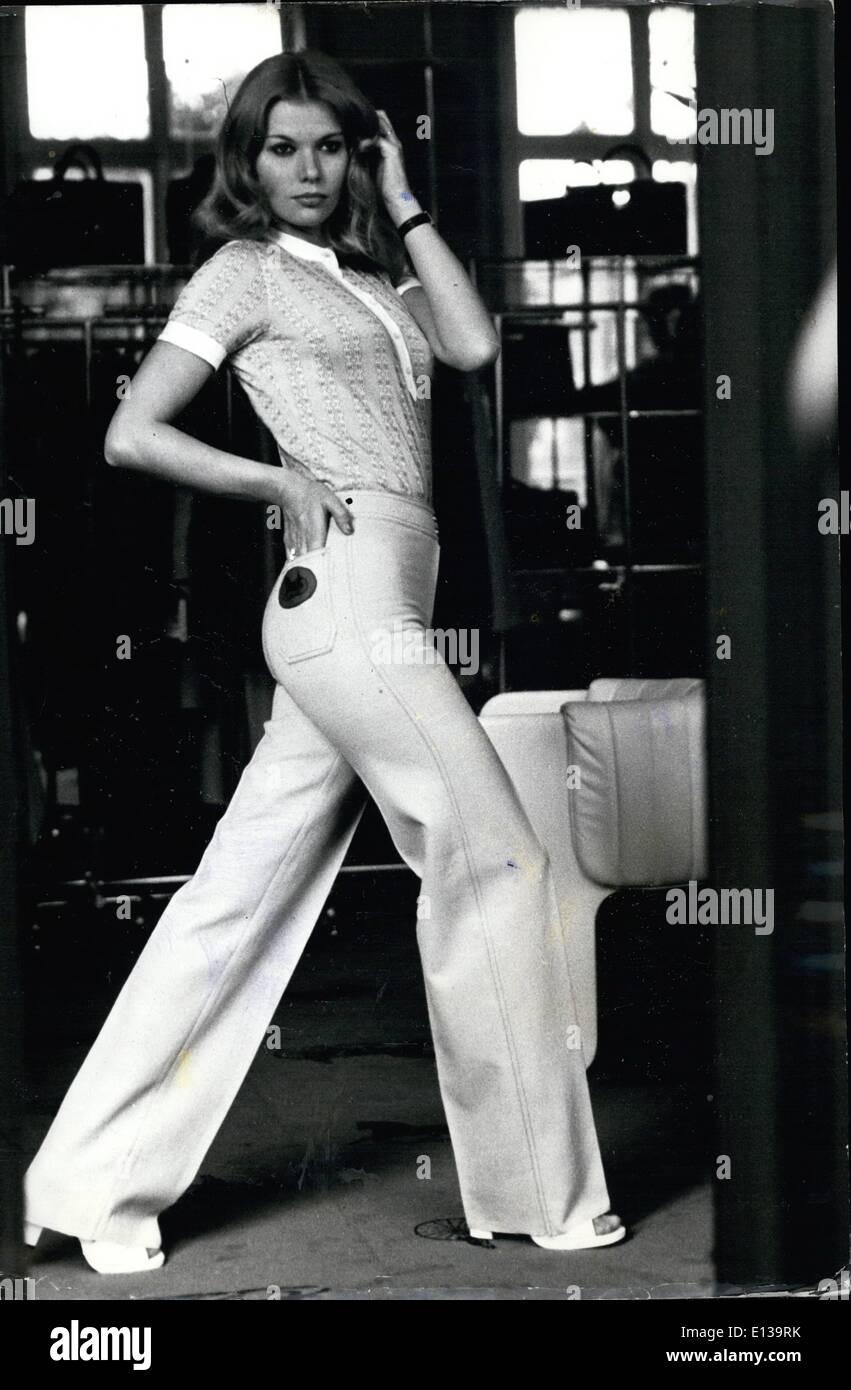 Febrero 29, 2012 - Ropa deportiva: los pantalones vaqueros y camisa de manga corta tiene un marcado aspecto deportivo - en este traje de la casa Imagen De Stock