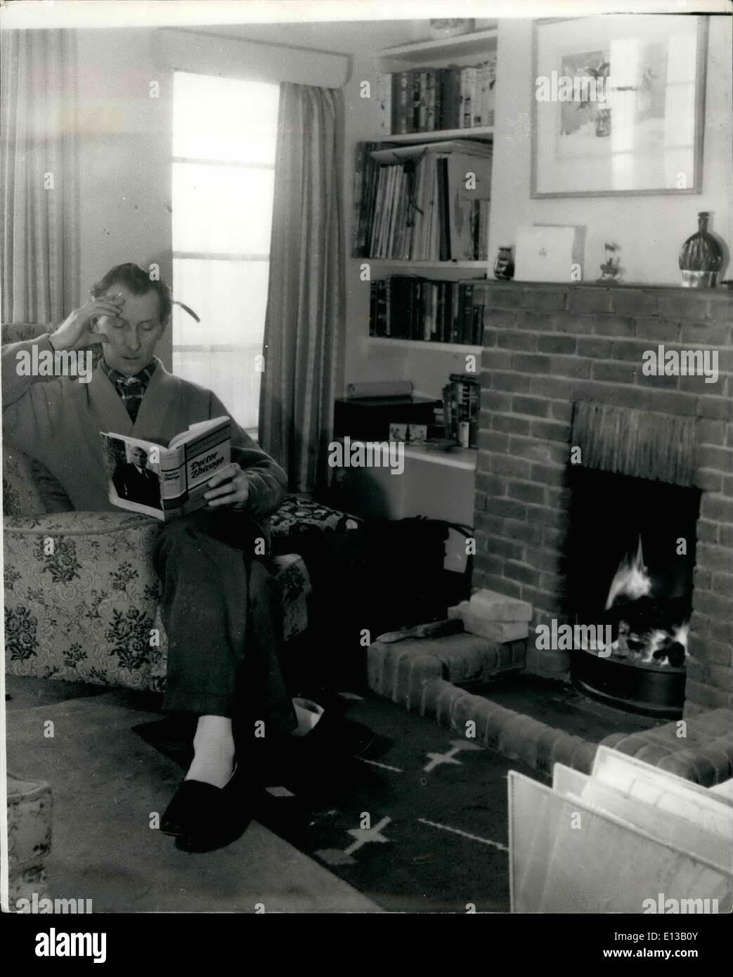 Febrero 29, 2012 - Peter Cushing está actualmente inmerso en un best seller. Foto de stock