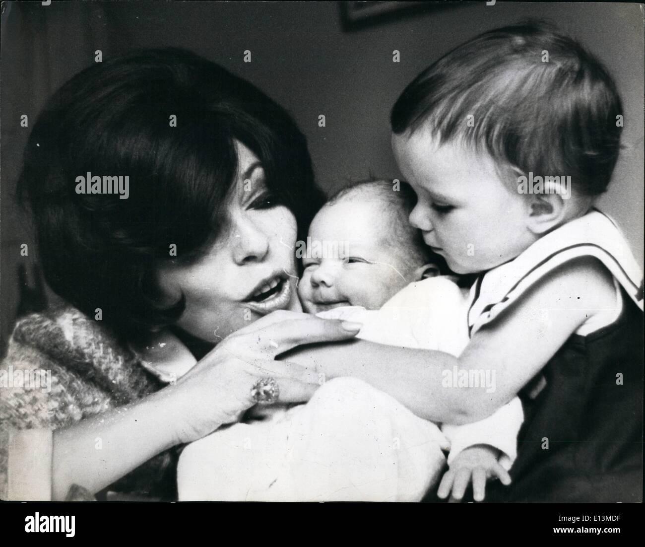 """Martes 22 de marzo, 2012 - Joan Collins con la hija y el bebé nuevo en Nueva York. Joan Collins, quien tuvo que ir a Hollywood para ser dado el tipo de piezas, su oscura belleza sensual gritó, actualmente está viviendo la vida de una esposa y madre de Nueva York. Se casó con Anthony Newley, que figuran actualmente en su propio musical ''El rugido del Greasepaint y la concha de la Multitud"""" que fracasó en Londres y resultó ser un éxito rotundo en Nueva York, Joan ahora es la orgullosa madre de una niña y un niño: Tara, de dos años y seis semanas de edad Alexander, llamado Sasha, para abreviar. Imagen De Stock"""