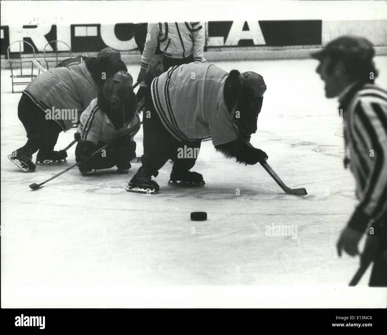 Marzo 02, 2012 - Hockey sobre hielo coincide con una Differance: un match de Hockey sobre hielo con una differance reciente tuvo lugar en el Olympic Hall de Munich. Un equipo ruso de osos pardos tomó un equipo de los chimpancés. Era muy entretenido match para los muchos espectadores que asistieron. Los dos equipos están formados por el alemán la familia acrobat Renzs, dueños de los animales. Los equipos tardó tres años en tren. La foto muestra fotografías de acción del partido. Los chimpancés ganó 3-2. Imagen De Stock