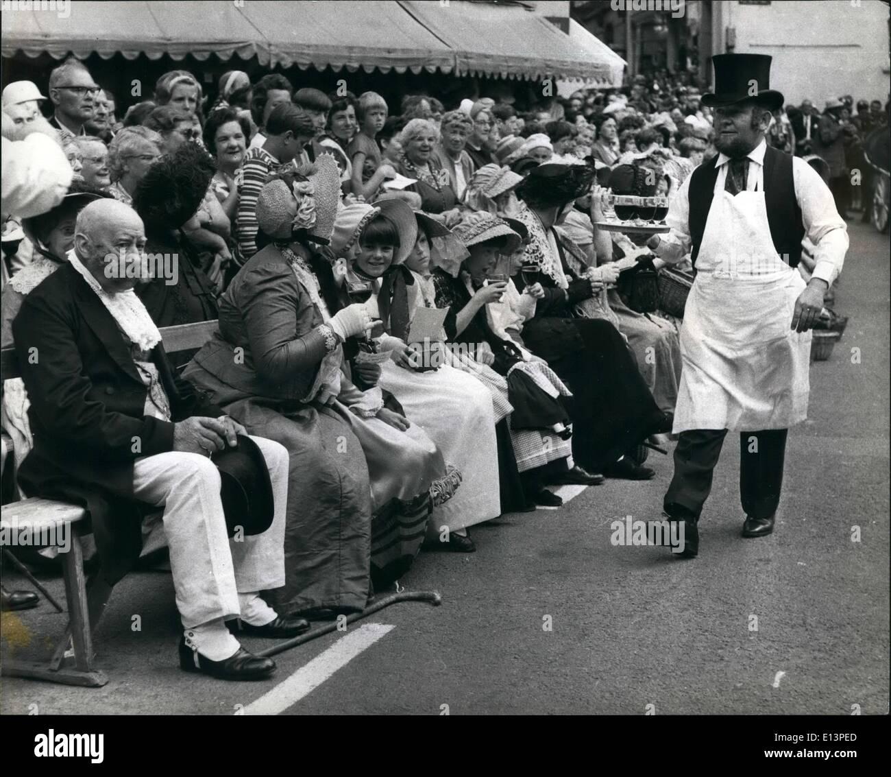 Martes 22 de marzo, 2012 - Local Colin McCathie comerciante de vinos, en Regency vestido, sirve vino a los espectadores, la muchedumbre en el tradicional vestido de Guernsey. Imagen De Stock
